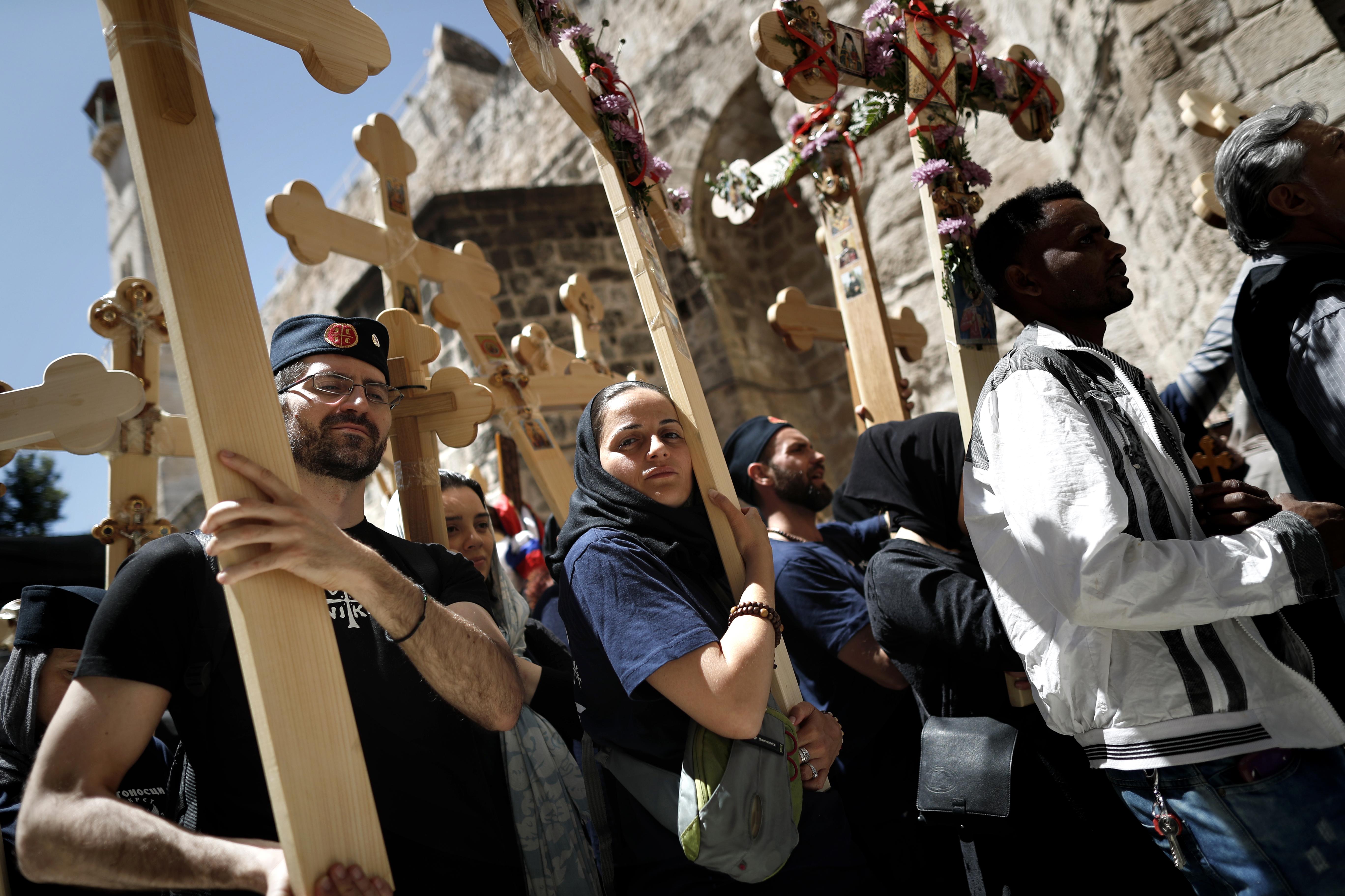 مسيحيون يحملون الصلبان في درب الآلام في مدينة القدس.