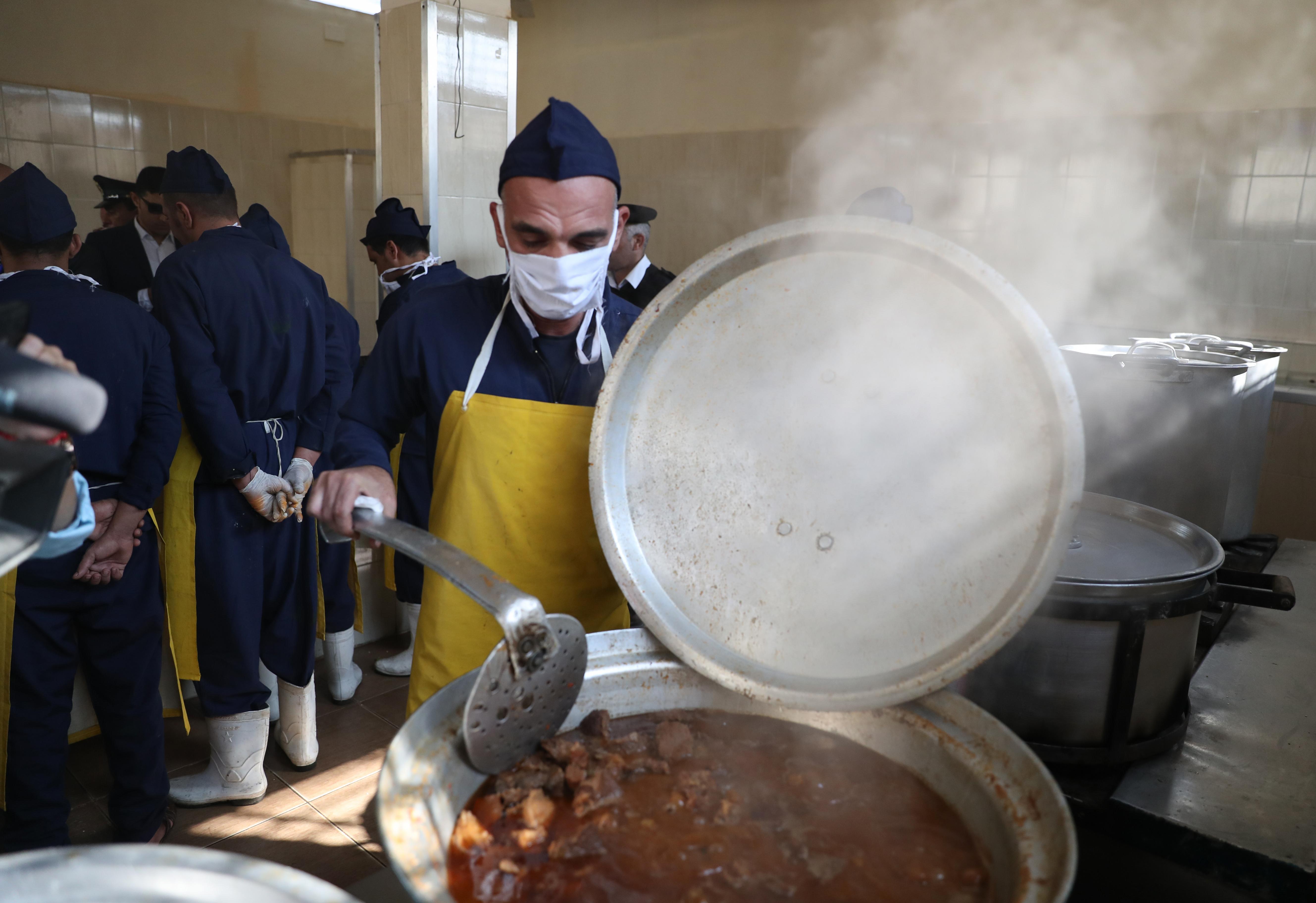 مسجون يطبخ بمطبخ السجن أثناء زيارة إعلاميين وصحافيين لسجن طرة - 11 نوفمبر 2019