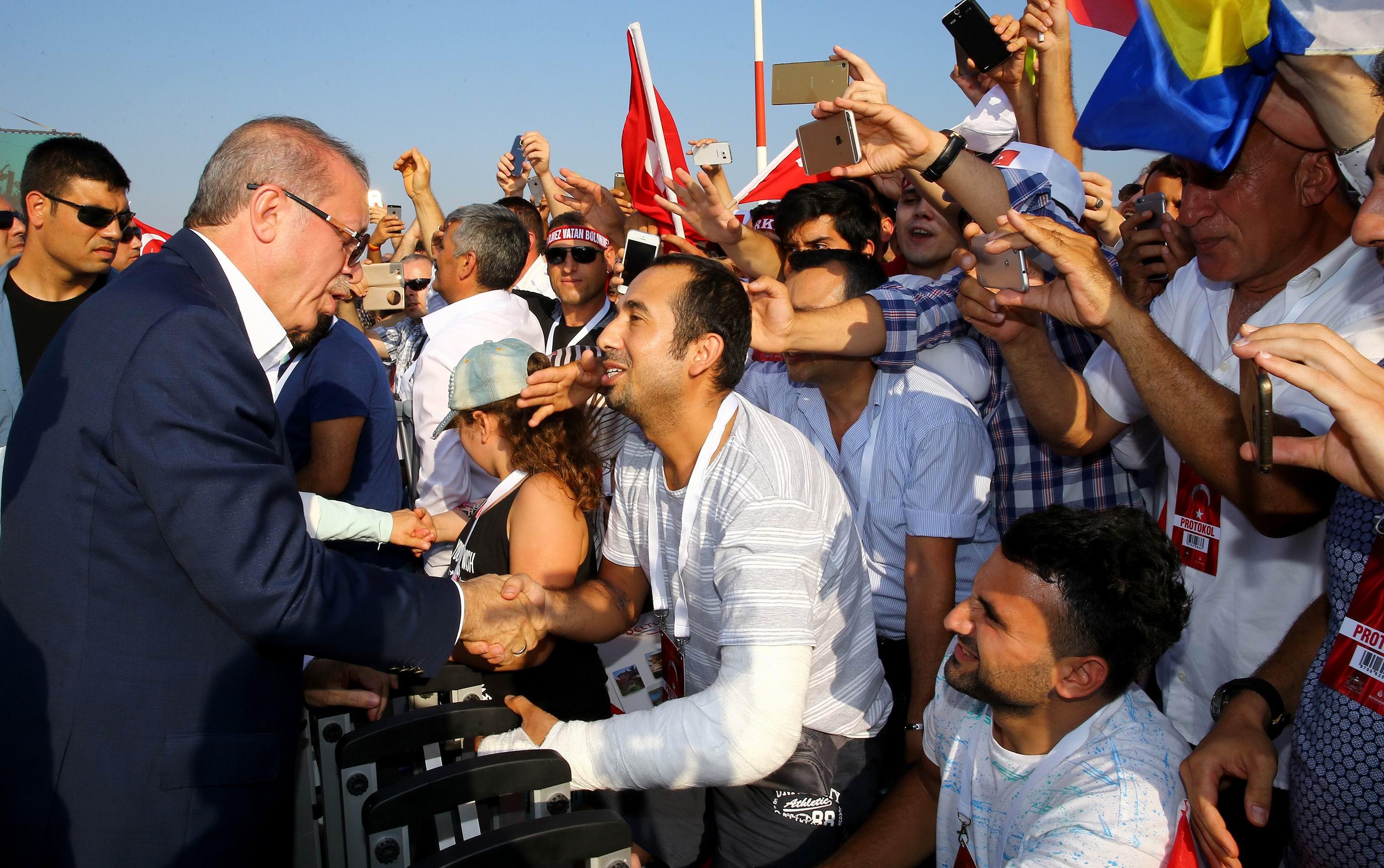 الرئيس التركي وسط مؤيديه