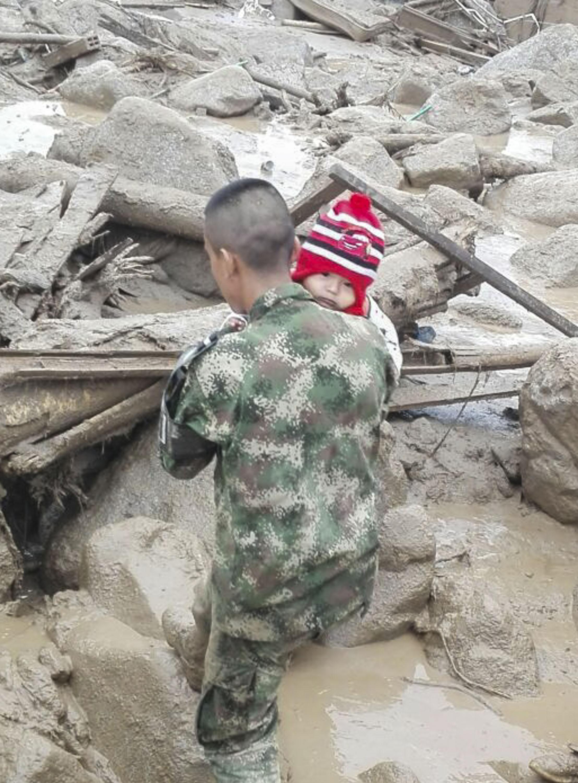 جندي كولومبي يساعد طفلا