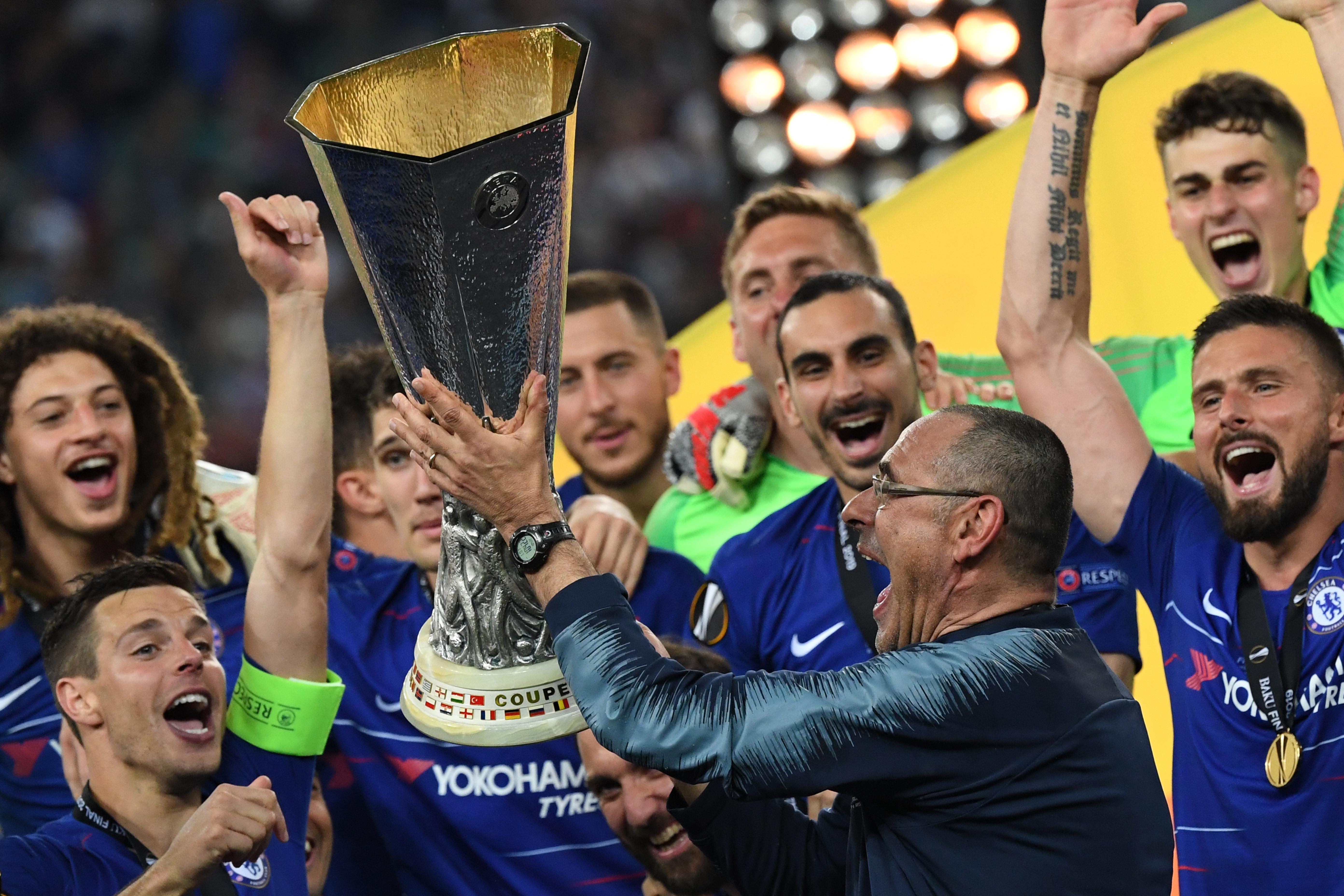 ماوريسيو ساري يحتفل بالكأس مع فريقه تشيلسي