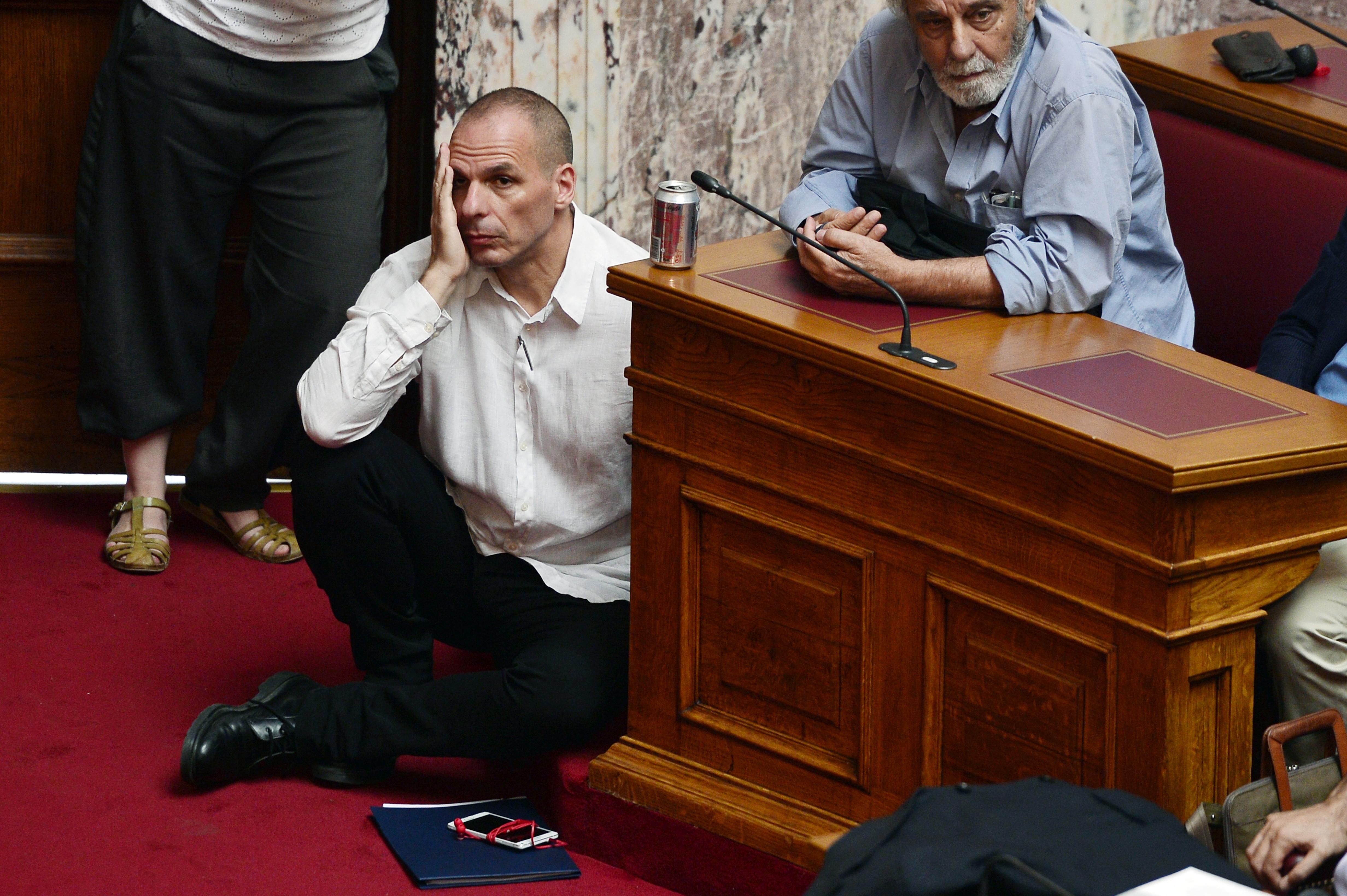 يخوض وزير المالية اليوناني يانيس فاروفاكيس مواجهة ضد صندوق النقد الدولي والاتحاد الأوروبي من أجل تخفيف أعباء الديون