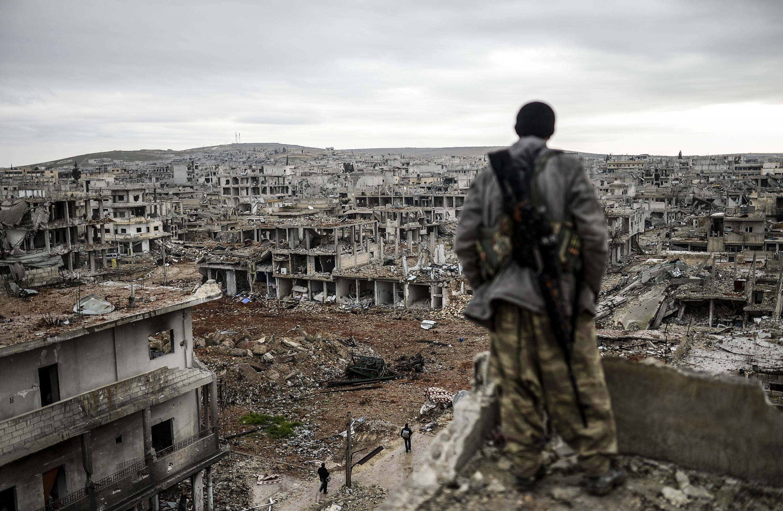 مقاتل كردي في مدينة كوباني