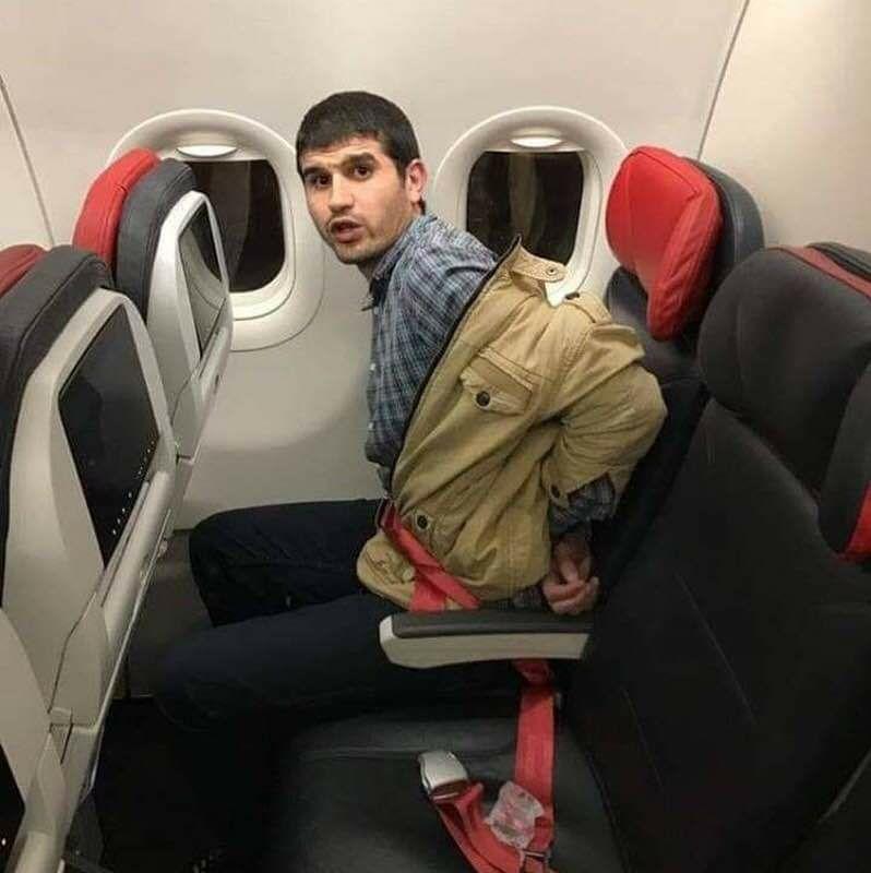 محمد عبد الحفيظ أثناء ترحيله إلى مصر مقيدا