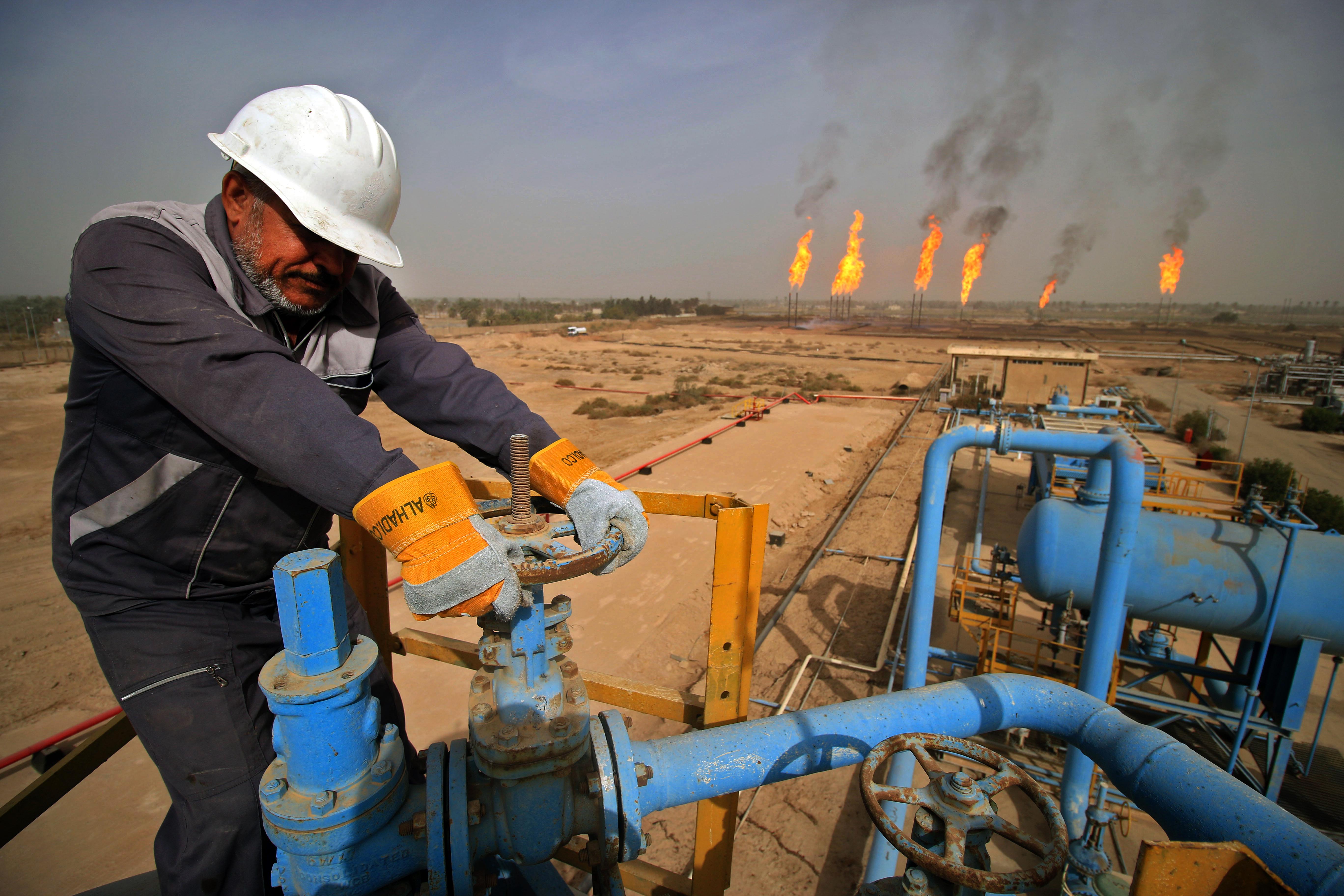 أحد العمال في حقل نهر بين عمر للنفط في البصرة جنوب العراق (أ ف ب)
