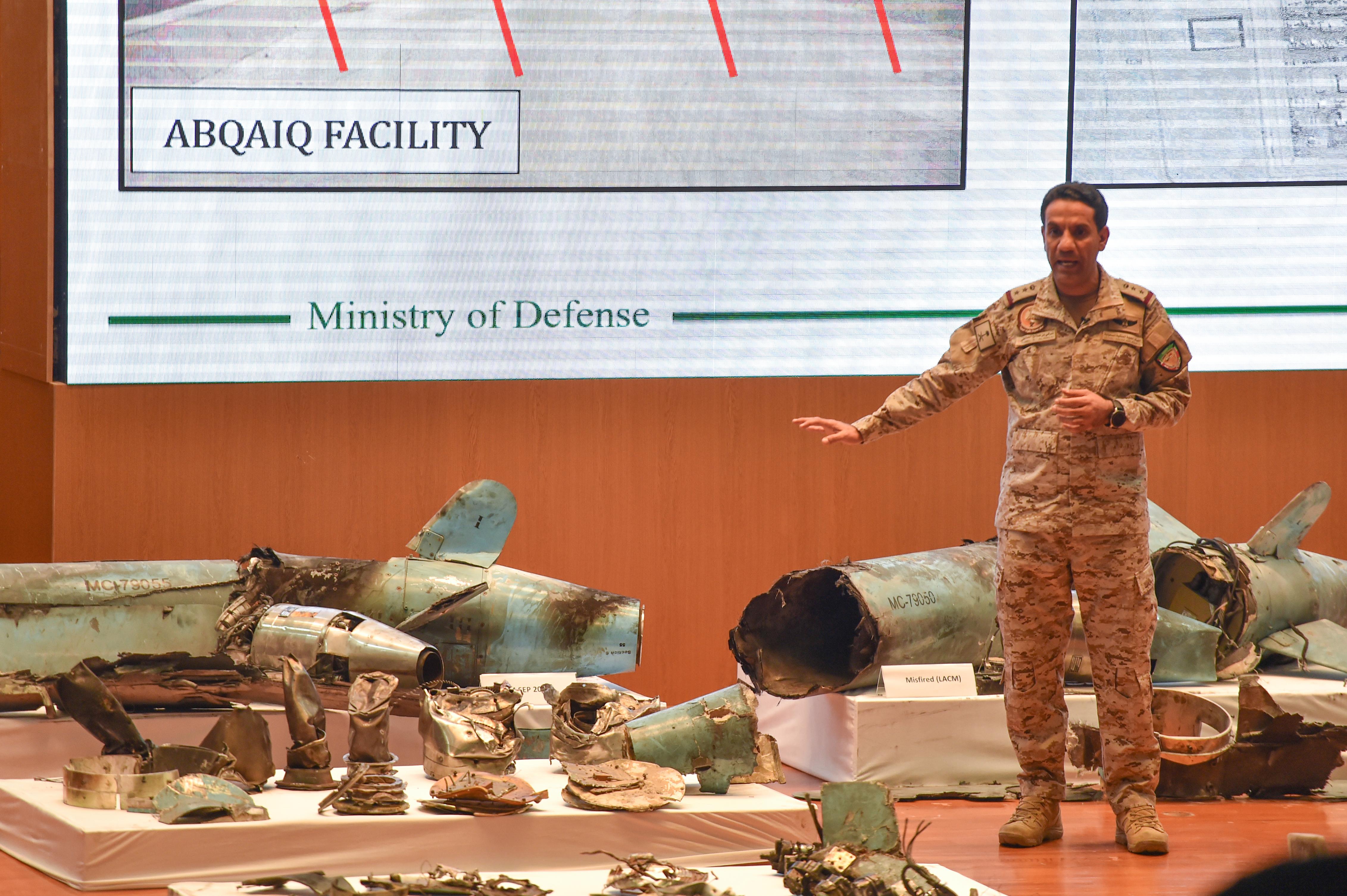 المتحدث العسكري السعودي تركي المالكي يعرض صورا لما قال إنها أسلحة إيرانية استخدمت في الهجوم ضد أرامكو السعودية