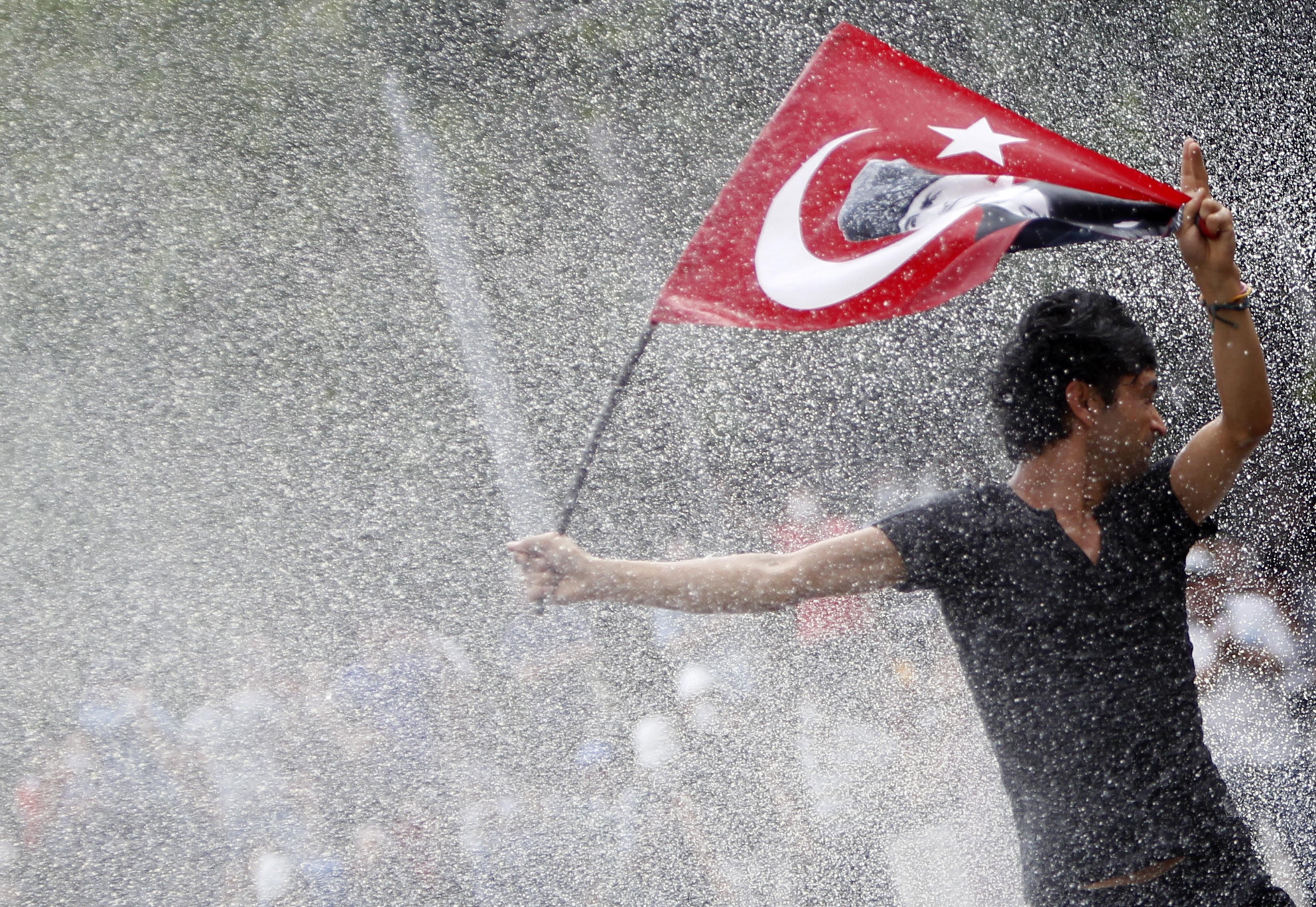 السلطات التركية تواجه المتظاهرين بمدافع الماء في ساحة كيزلاي وسط أنقرة