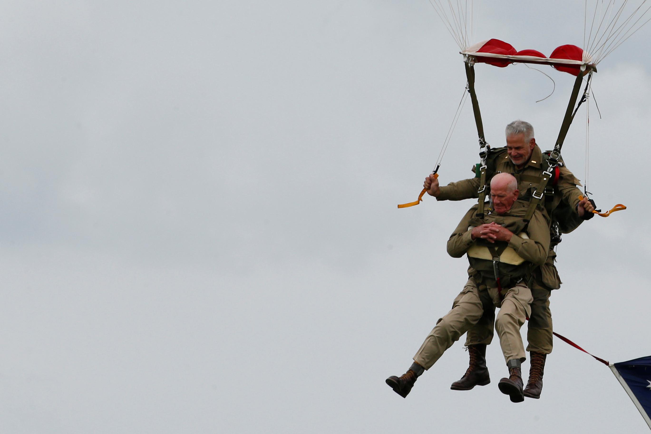 مظلي أميركي سابق خلال الاحتفالات بذكرى النورماندي