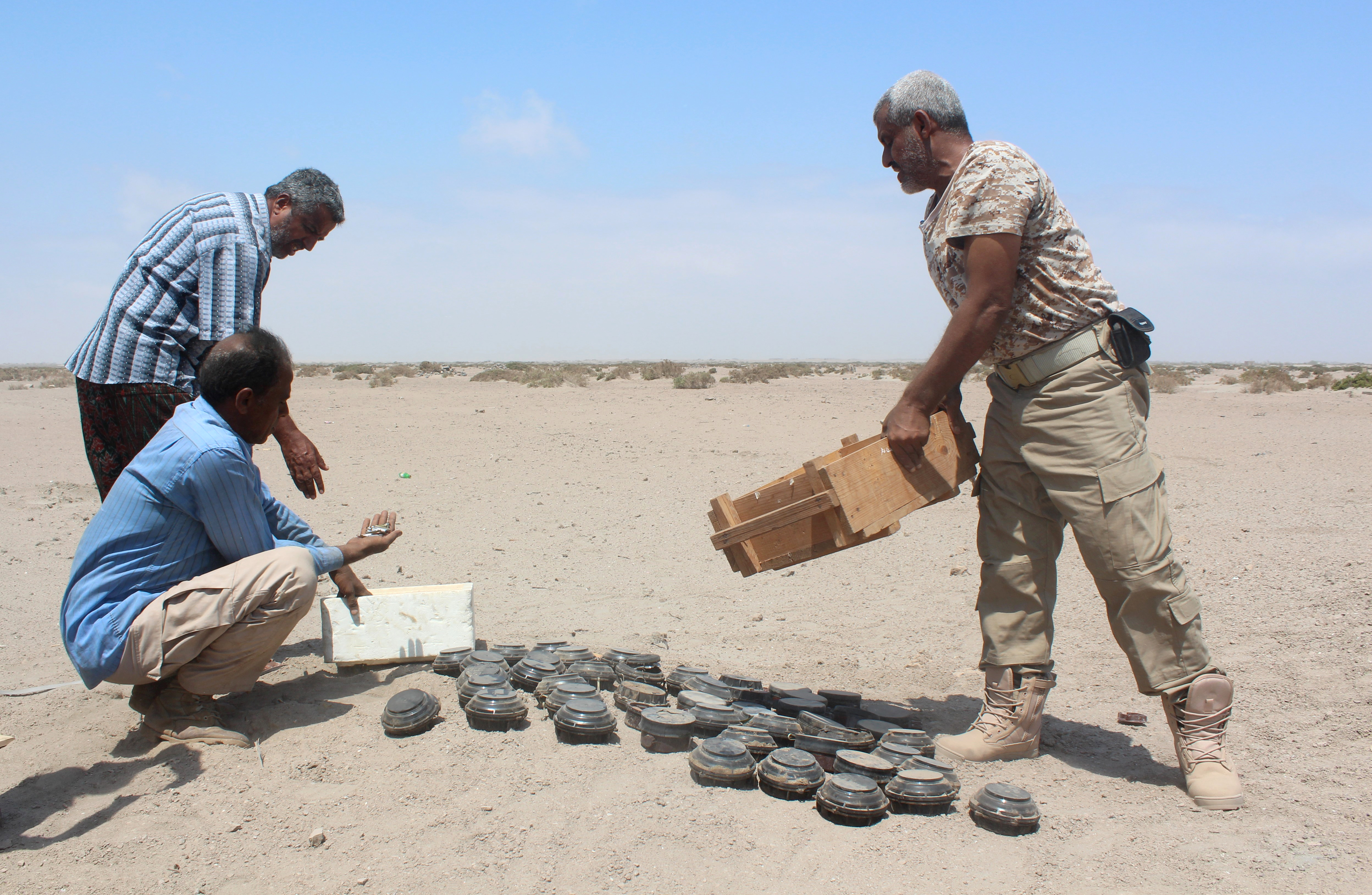 جنود يمنيون يكتشفون عددا من الألغام زرعها مقاتلون حوثيون