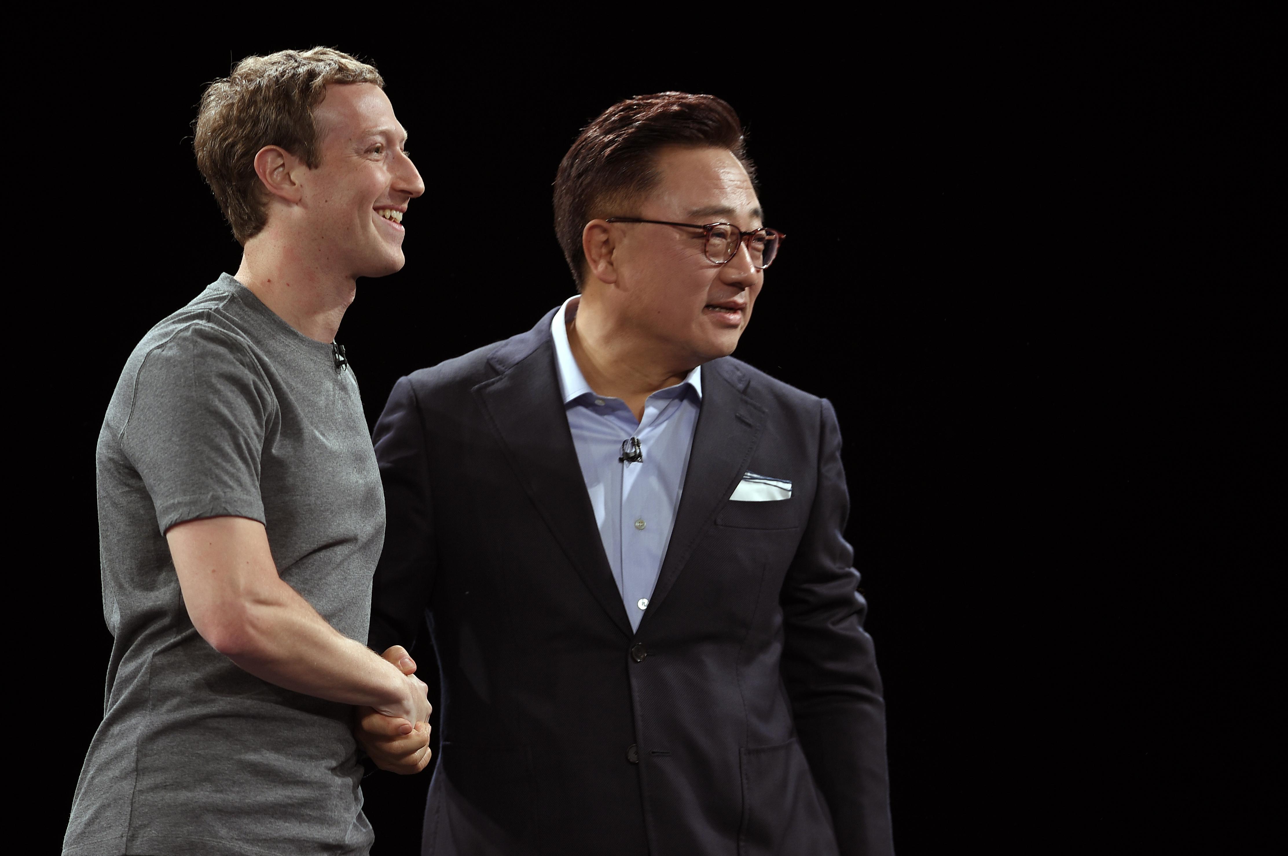 مؤسس فيسبوك مارك زوكيبرغ ورئيس سامسونغ موبايل دي جي كوه. أرشيفية
