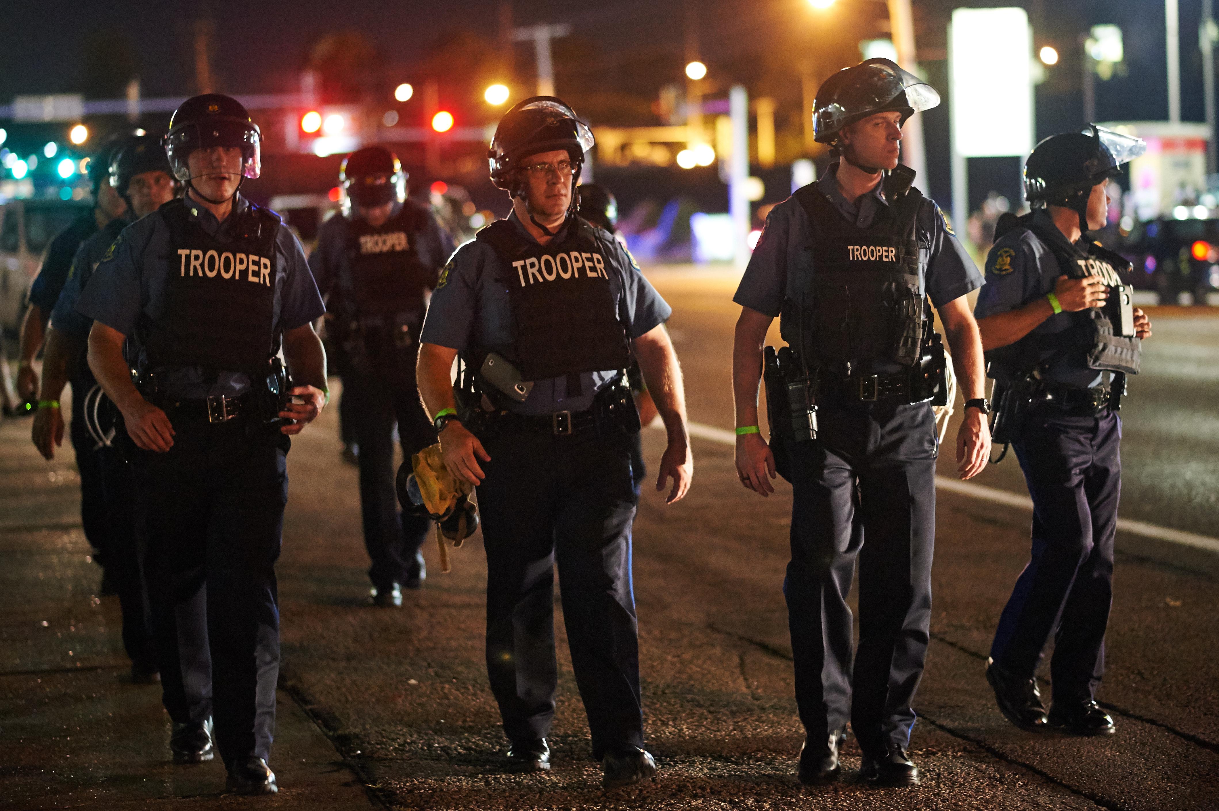 عناصر في قوات الشرطة المنتشرة في فيرغسون