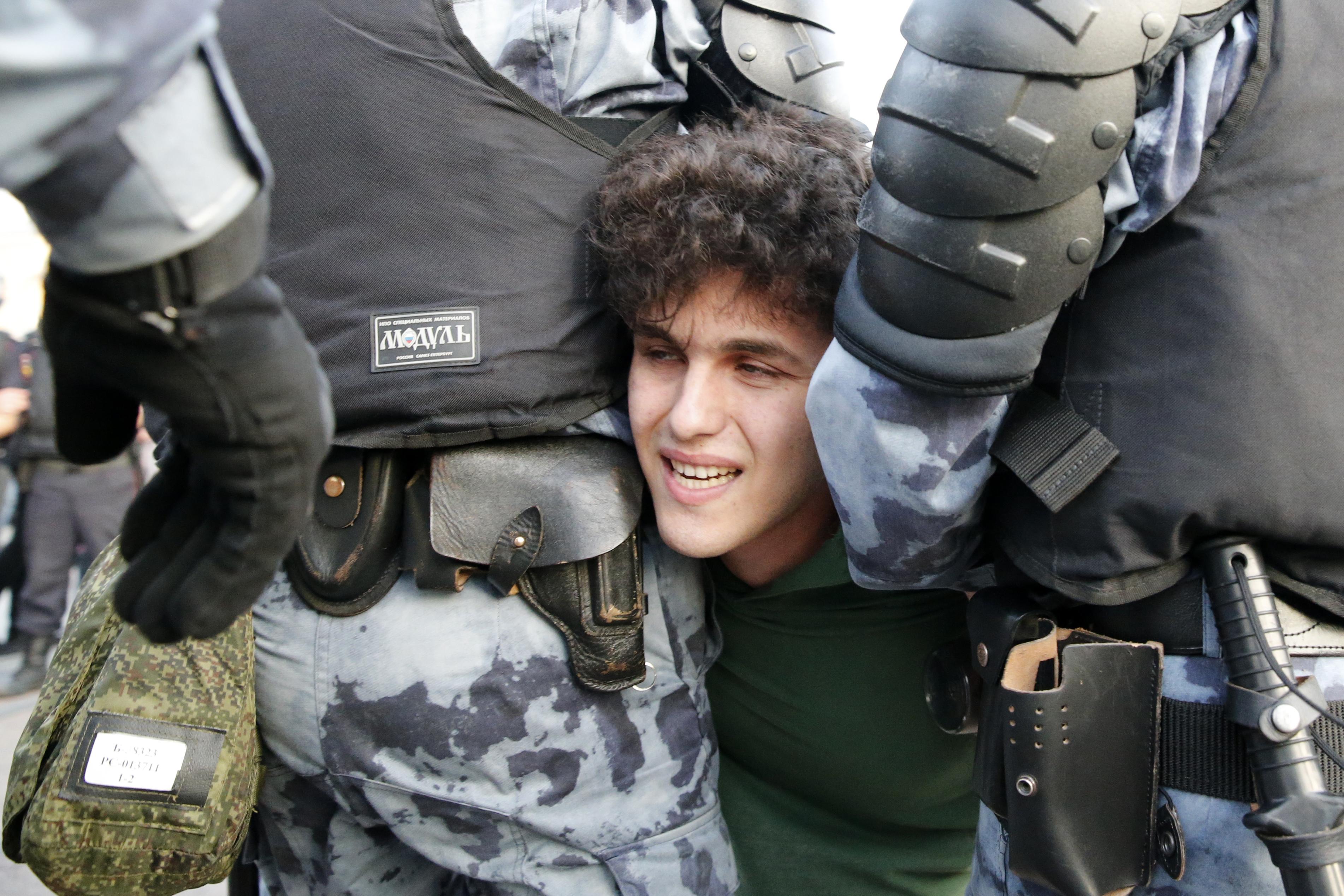 شباب في مواجهة قوات الشرطة