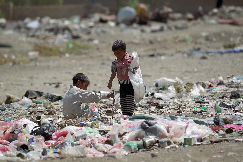 أطفال يمنيون يبحثون في القمامة