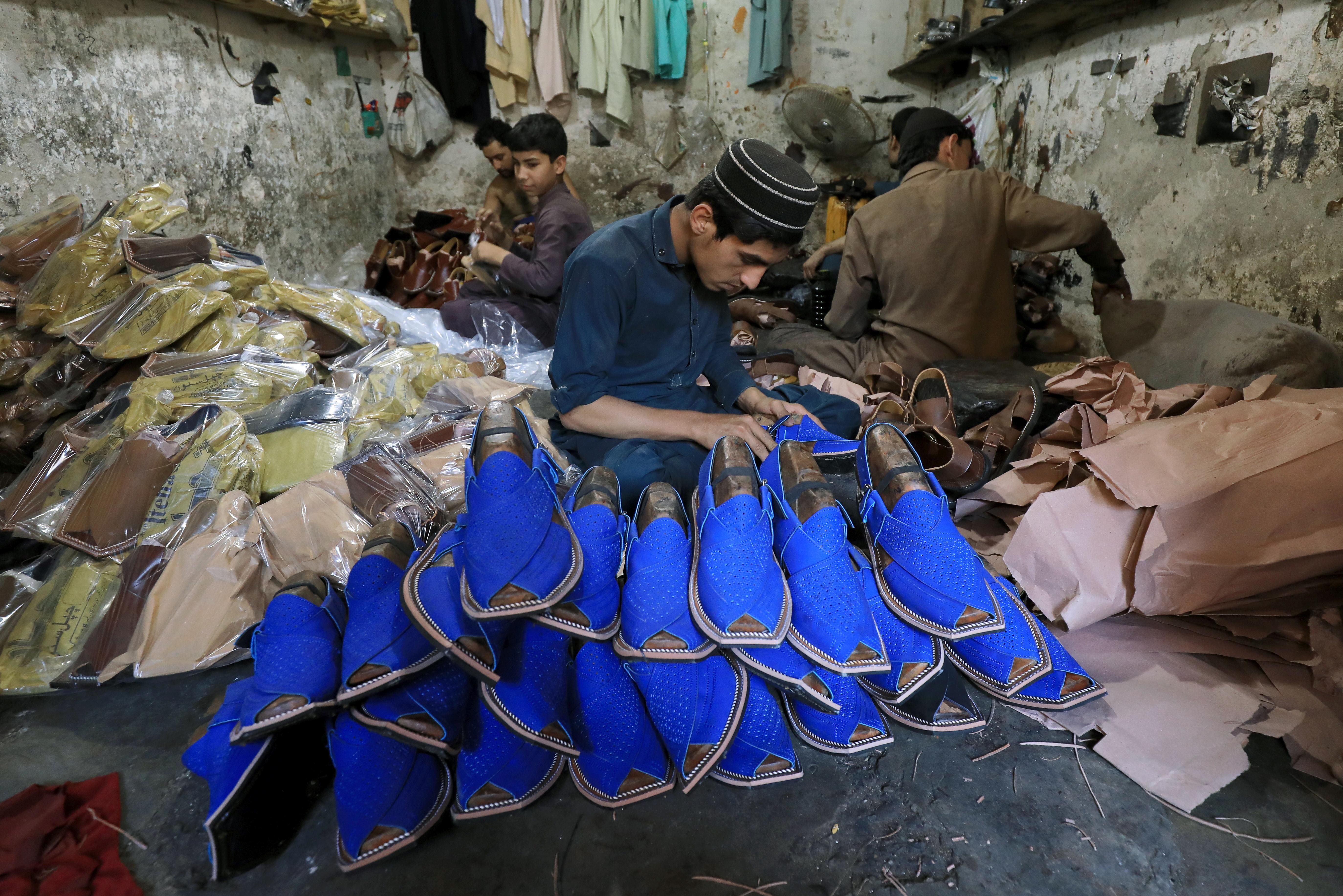 صانع أحذية باكستاني يستعد لعيد الفطر في بيشاور