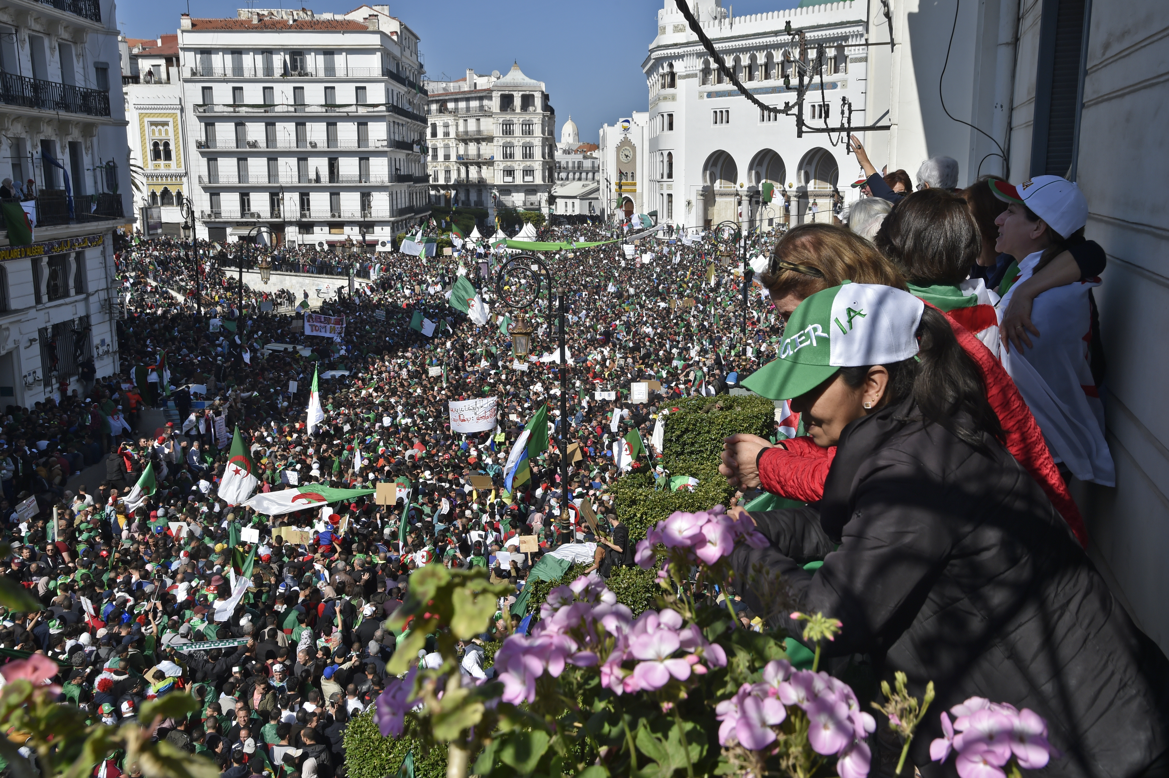 المتظاهرون في ساحة البريد المركزي بالعاصمة