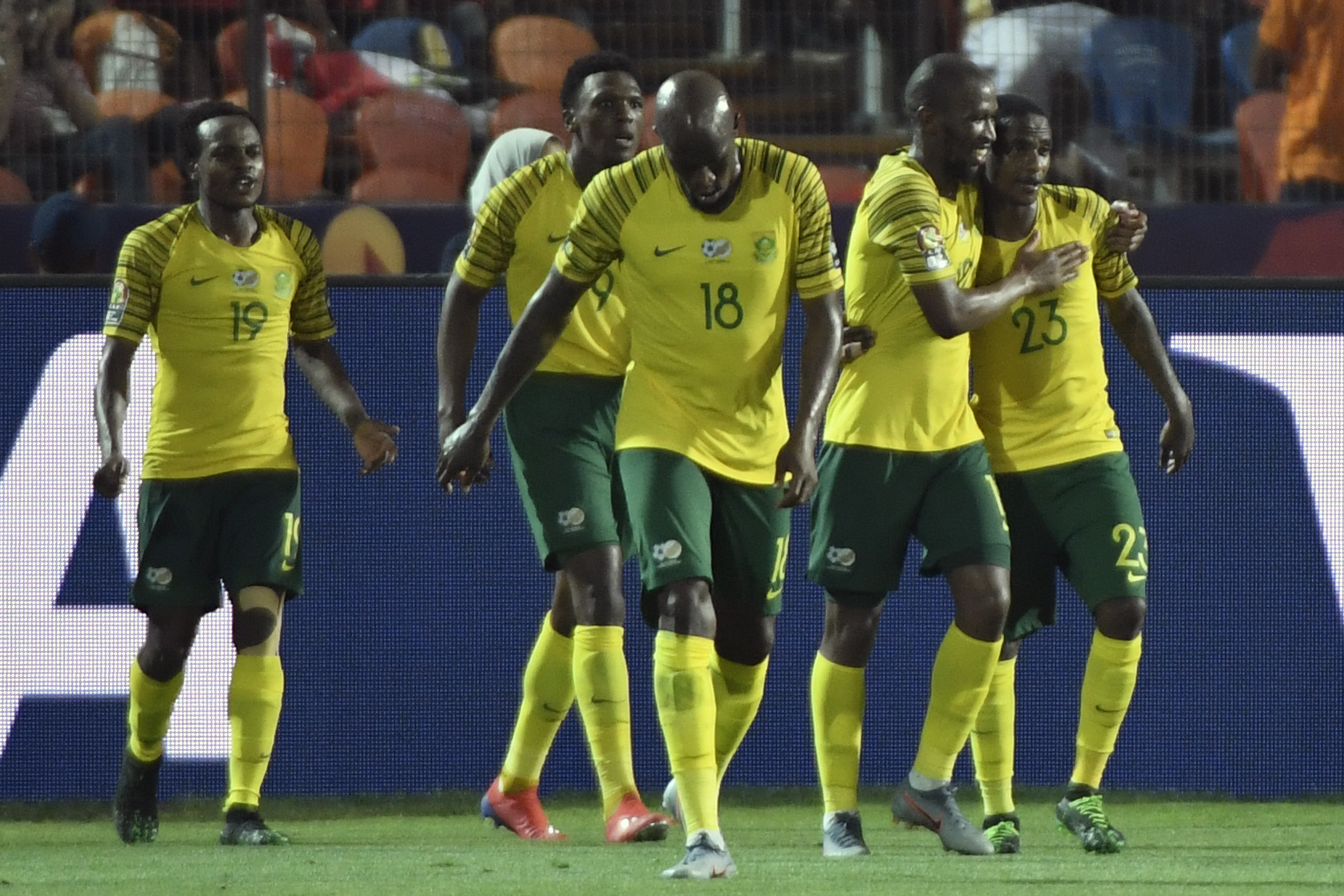 لاعبو جنوب أفريقيا يحتفلون بهدفهم ضد المنتخب المصري