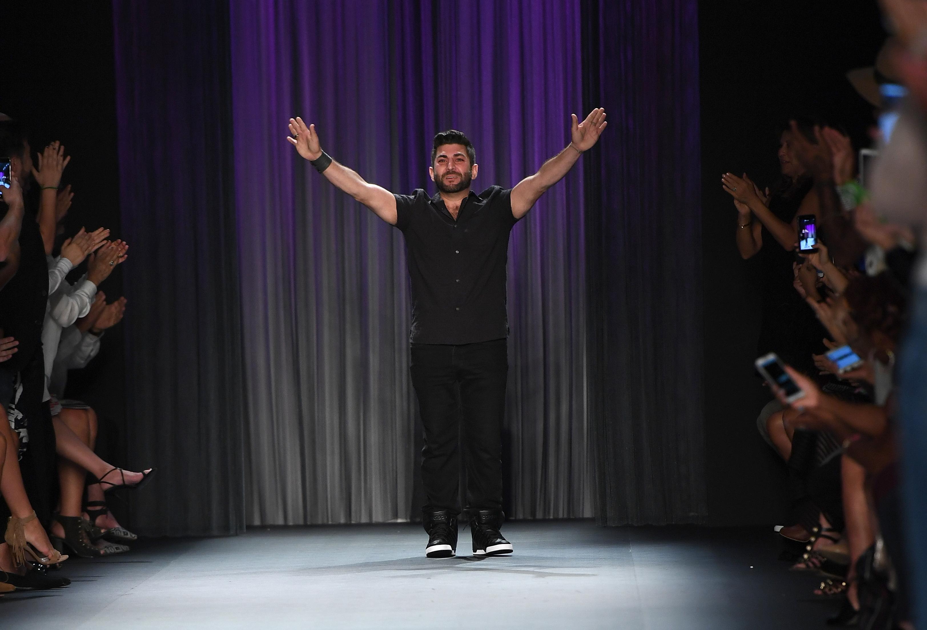 شاكار خلال عرض مجموعة تصاميمه الأخيرة في أسبوع الموضة في نيويورك الجمعة
