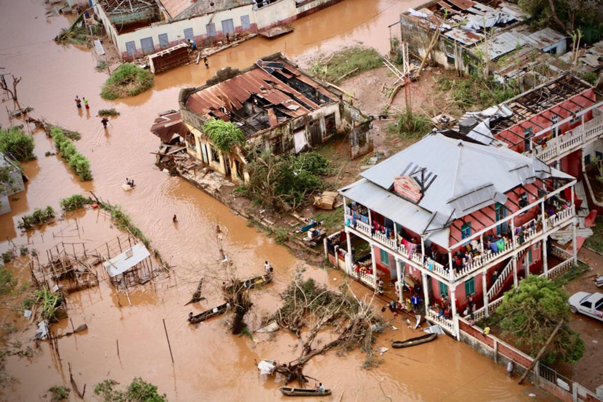 غرقت العديد من المناطق في موزمبيق ما دفع الناس للاحتماء بالشجر