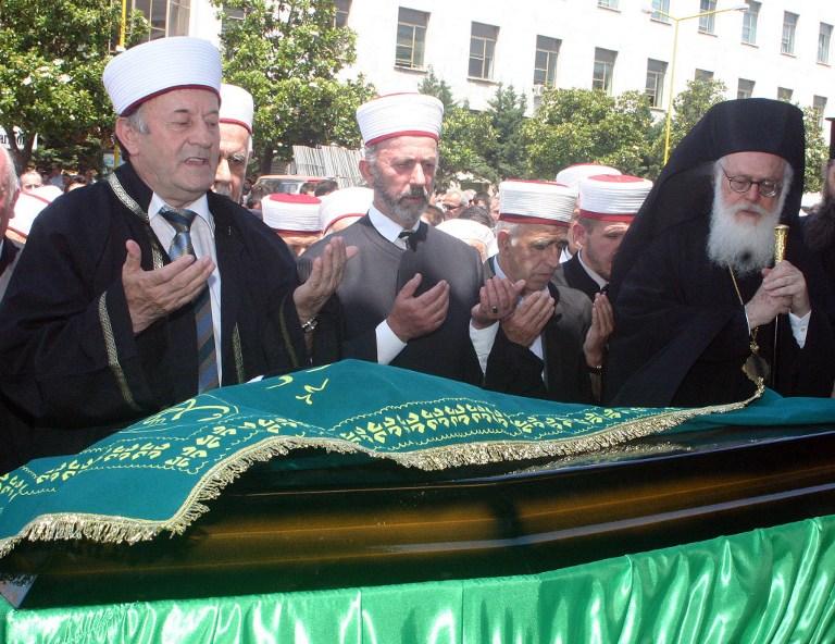 مسيحيون ومسلمون في إحدى الجنازات