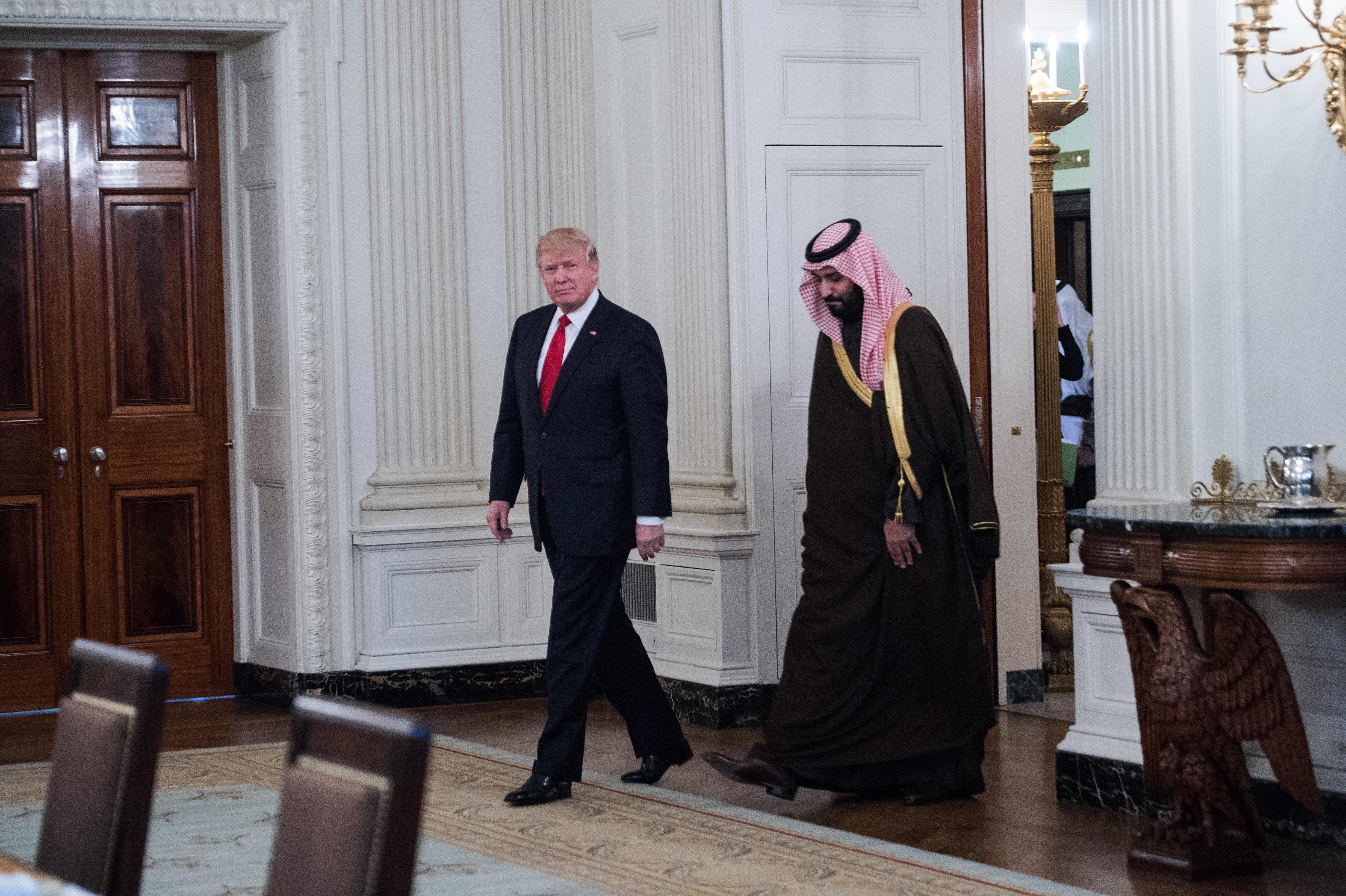 ترامب وبن سلمان لدى توجههما لتناول الغذاء في البيت الأبيض