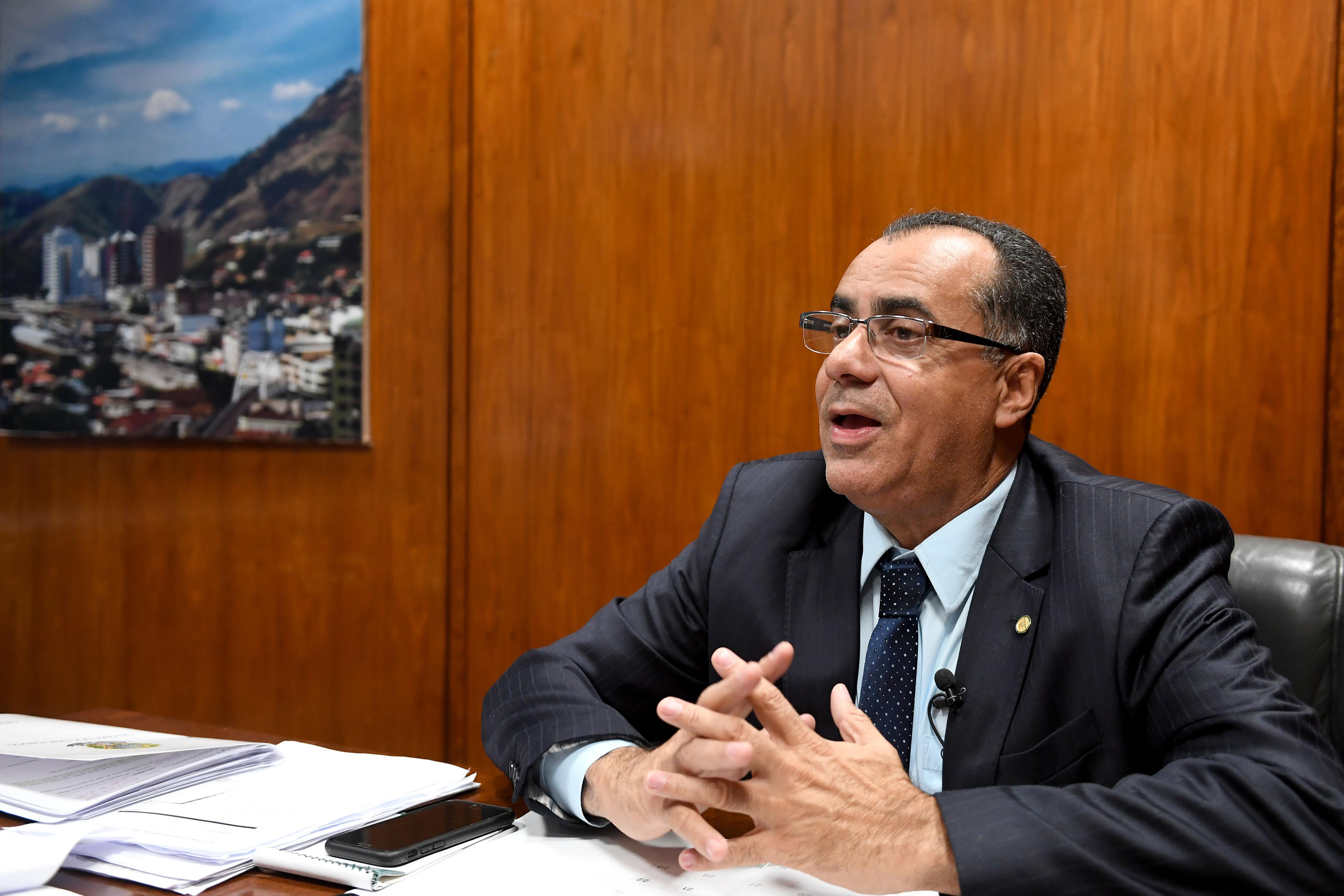 البرلماني البرازيلي سيسلو جاكوب في مكتبه بالعاصمة برازيليا