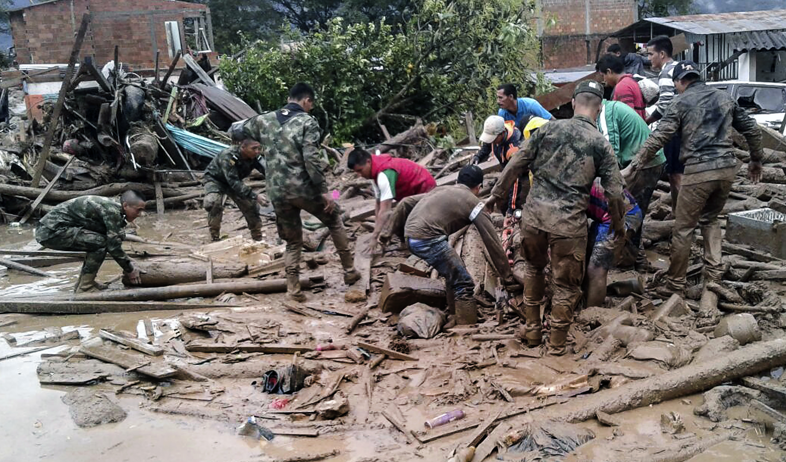 جنود كولومبيون يواصلون عملية البحث عن ضحايا