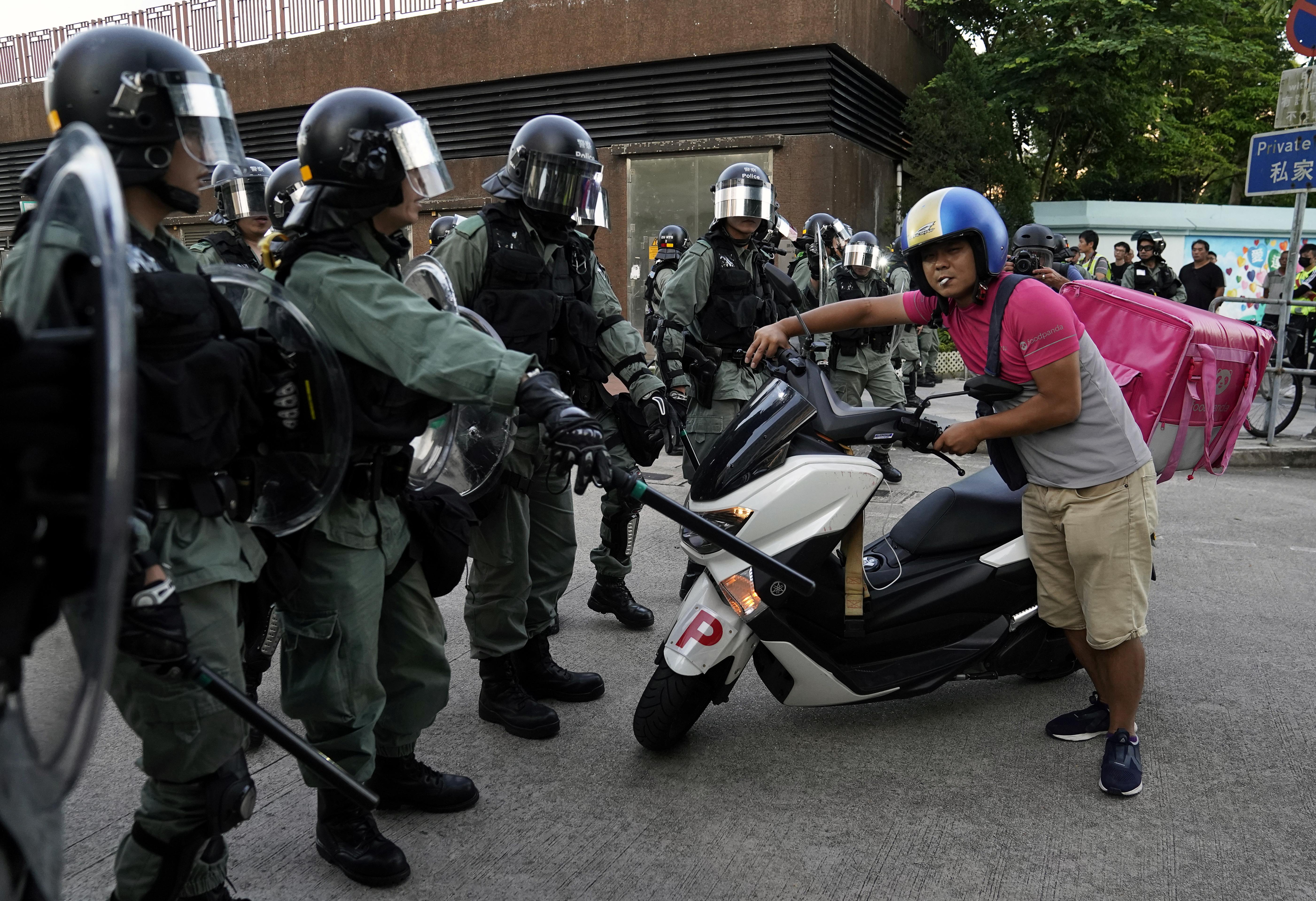 الشرطة تغلق بعض الطرق وخفض حركة وسائل النقل العام التي توصل إلى مطار هونغ كونغ