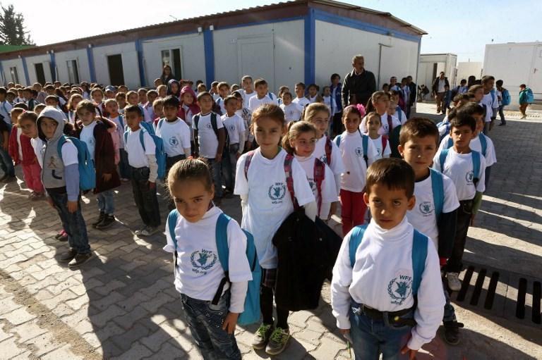 أطفال سوريون لاجئون أمام مدرستهم في مخيم بتركيا (أرشيف)