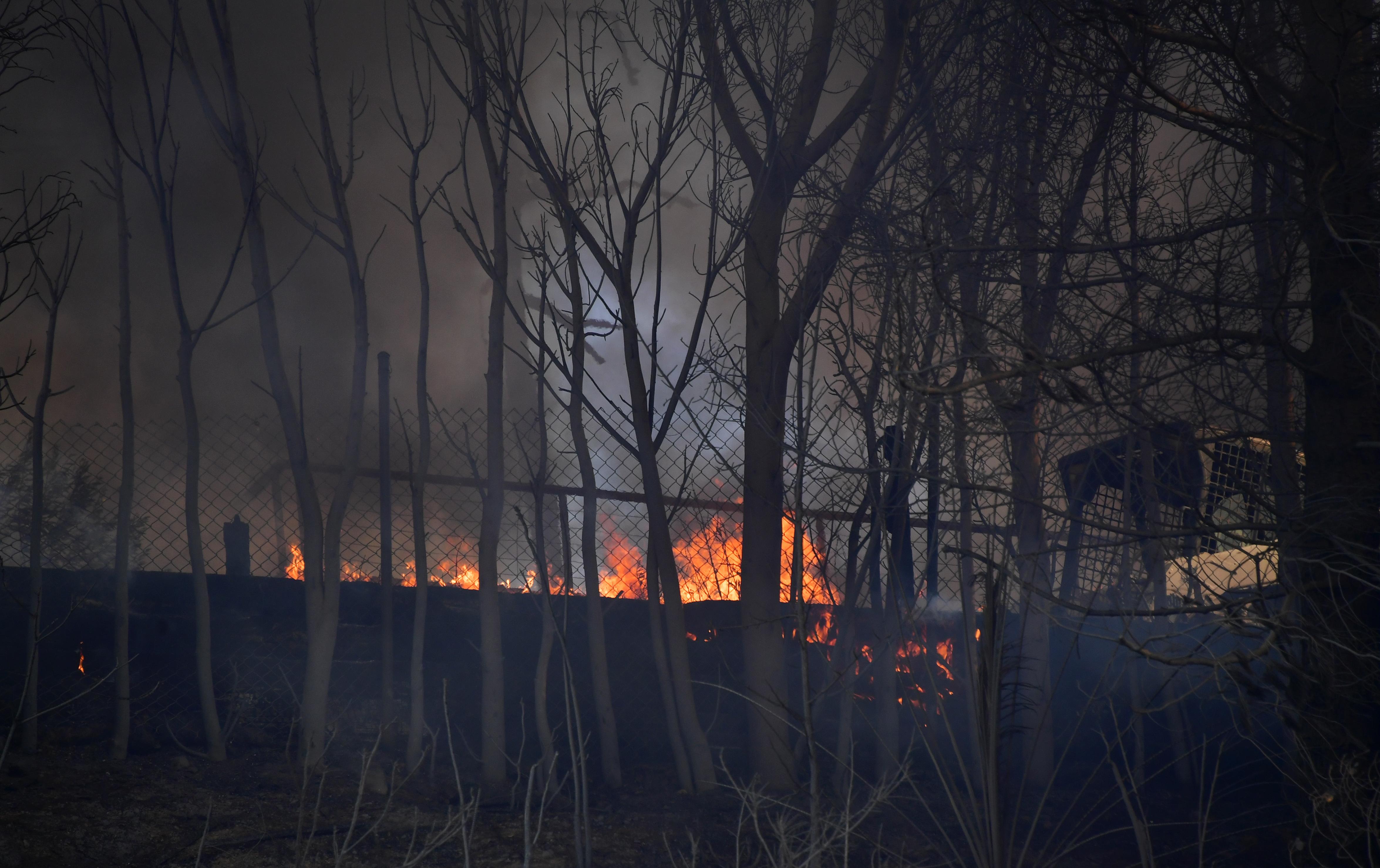 أحد المنازل يحترق في بيل أير بلوس أنجليس