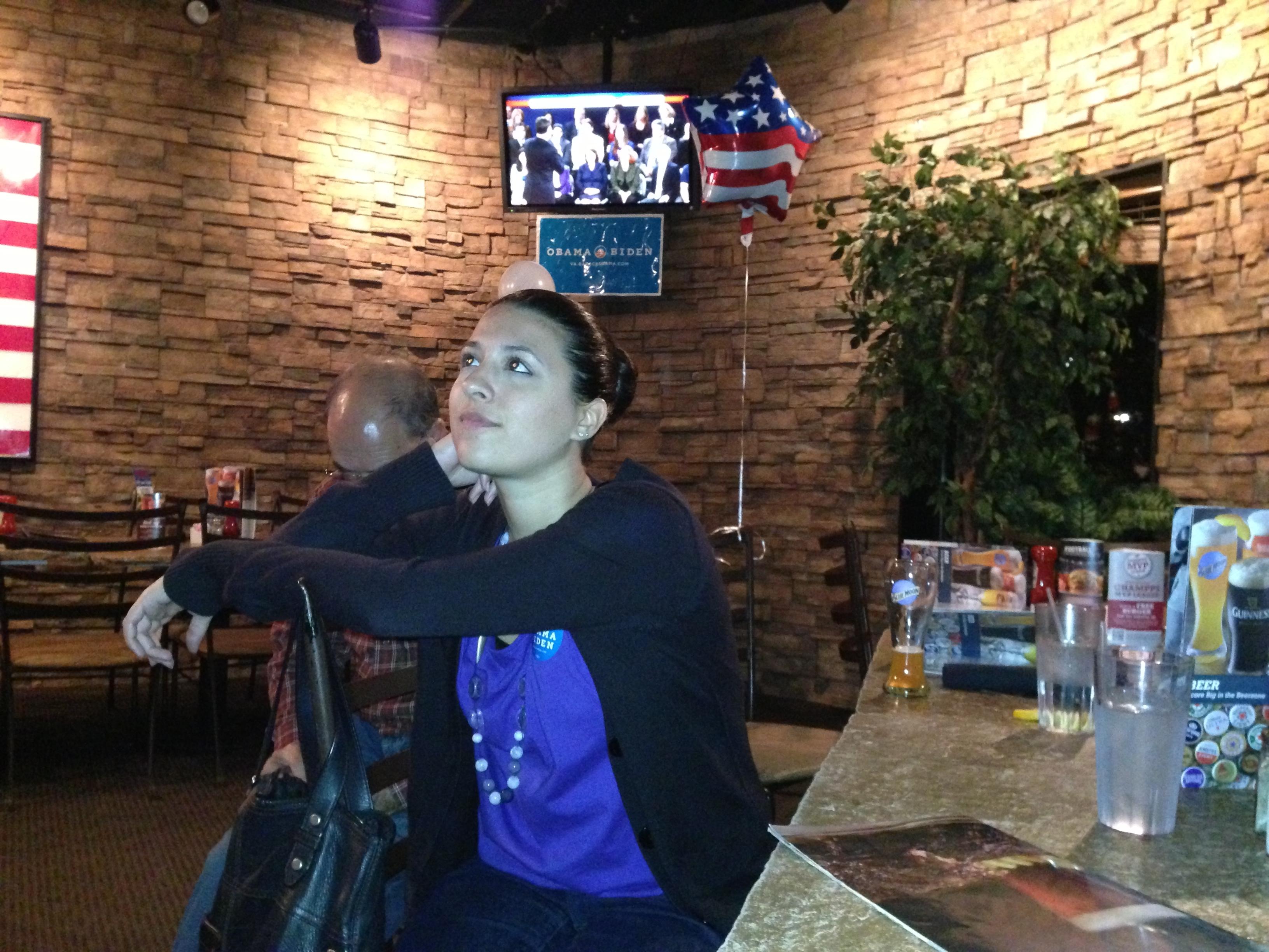 مواطنة أميركية تشاهد المناظرة الثانية بين أوباما ورومني في أحد المطاعم في مقاطعة فيرفاكس بولاية فرجينيا