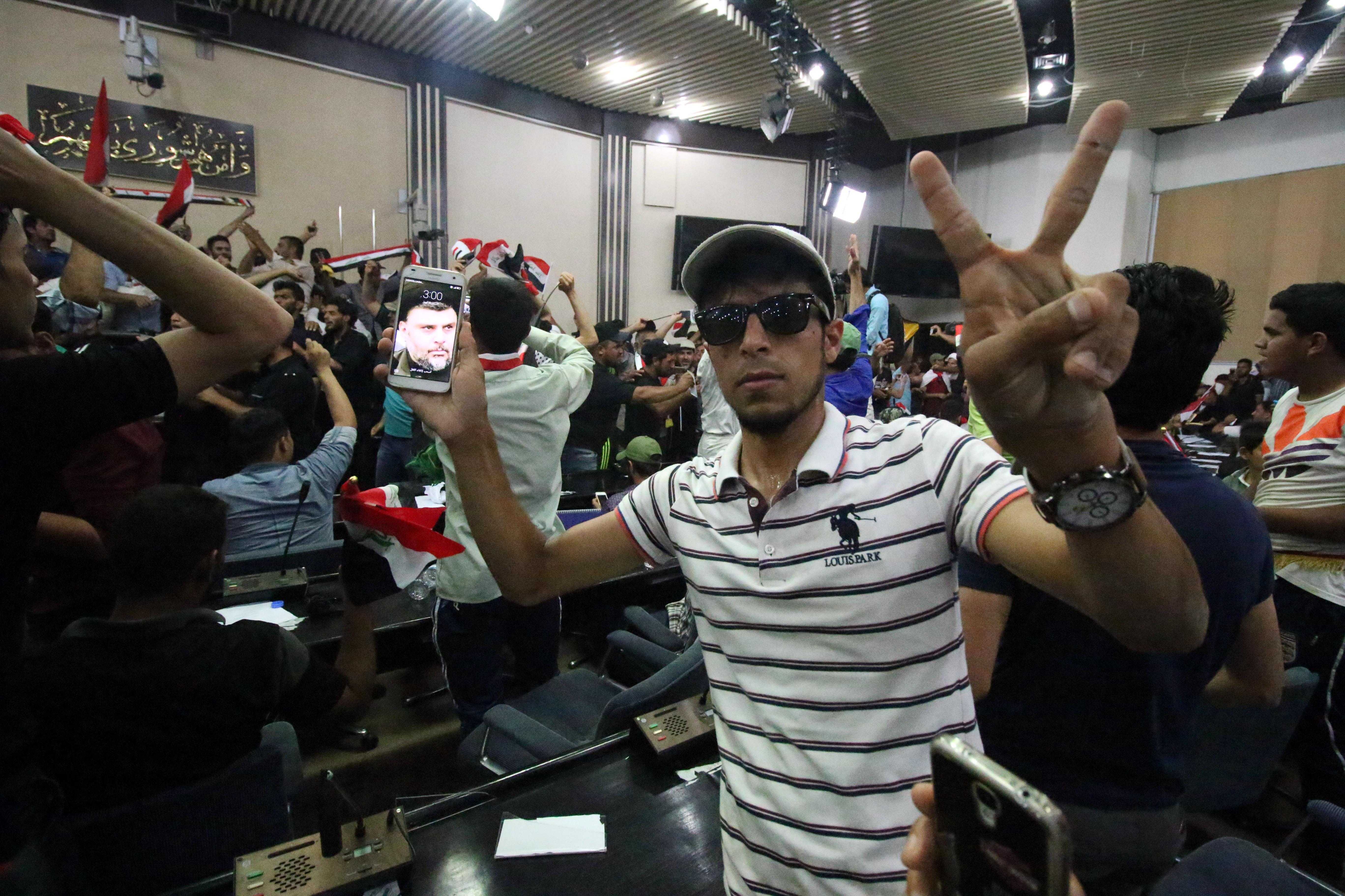 محتجون داخل البرلمان العراقي