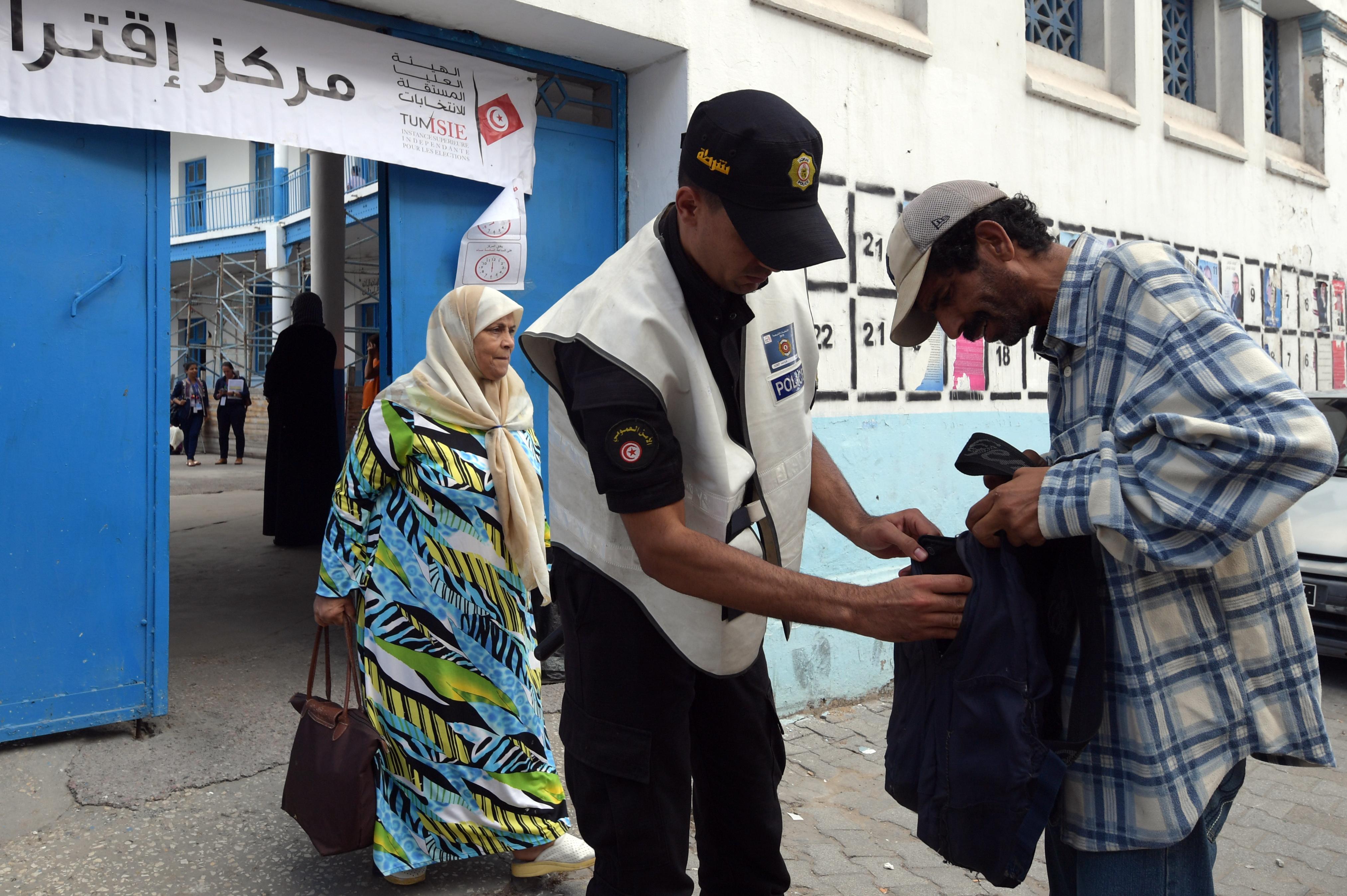 مواطن تونسي يخضع للتفتيش