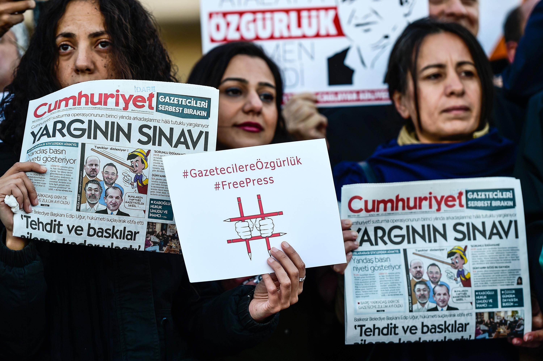 محتجون يقفون أمام المحكمة حاملين نسخا من صحيفة 'جمهورييت'