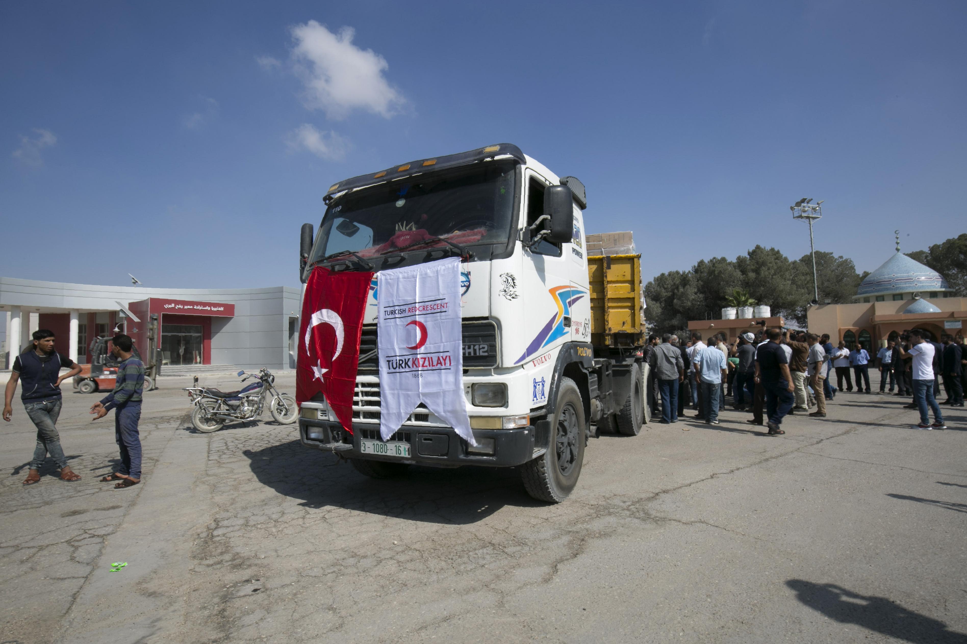 شاحنة محملة بالمساعدات التركية في معبر كرم أبو سالم