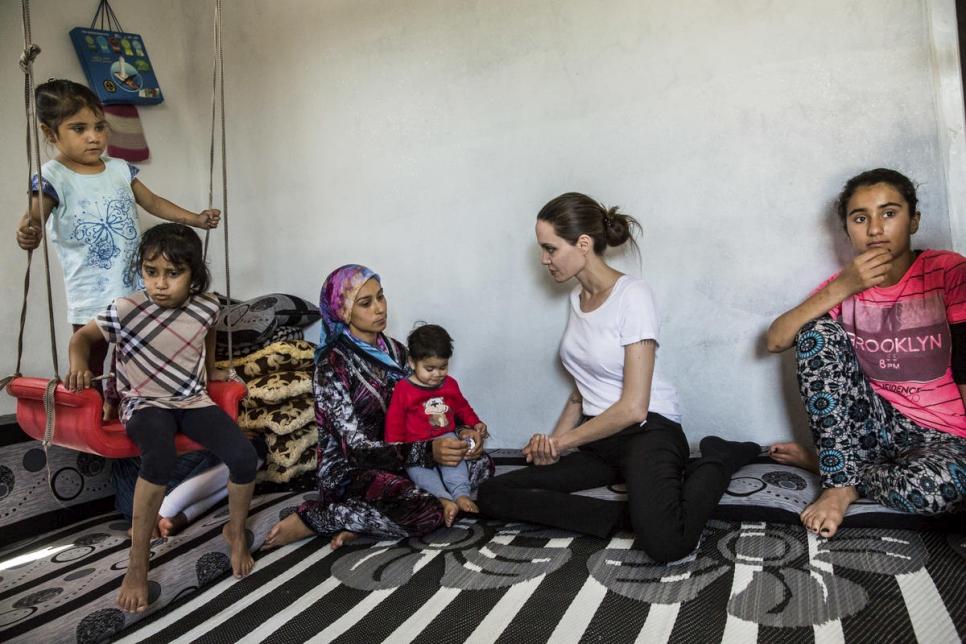 الممثلة الأميركية والمبعوثة الخاصة للمفوضية السامية للأمم المتحدة لشئون اللاجئين أنجلينا جولي تزور أسرة رونيا في مخيم دوميز شمال العراق