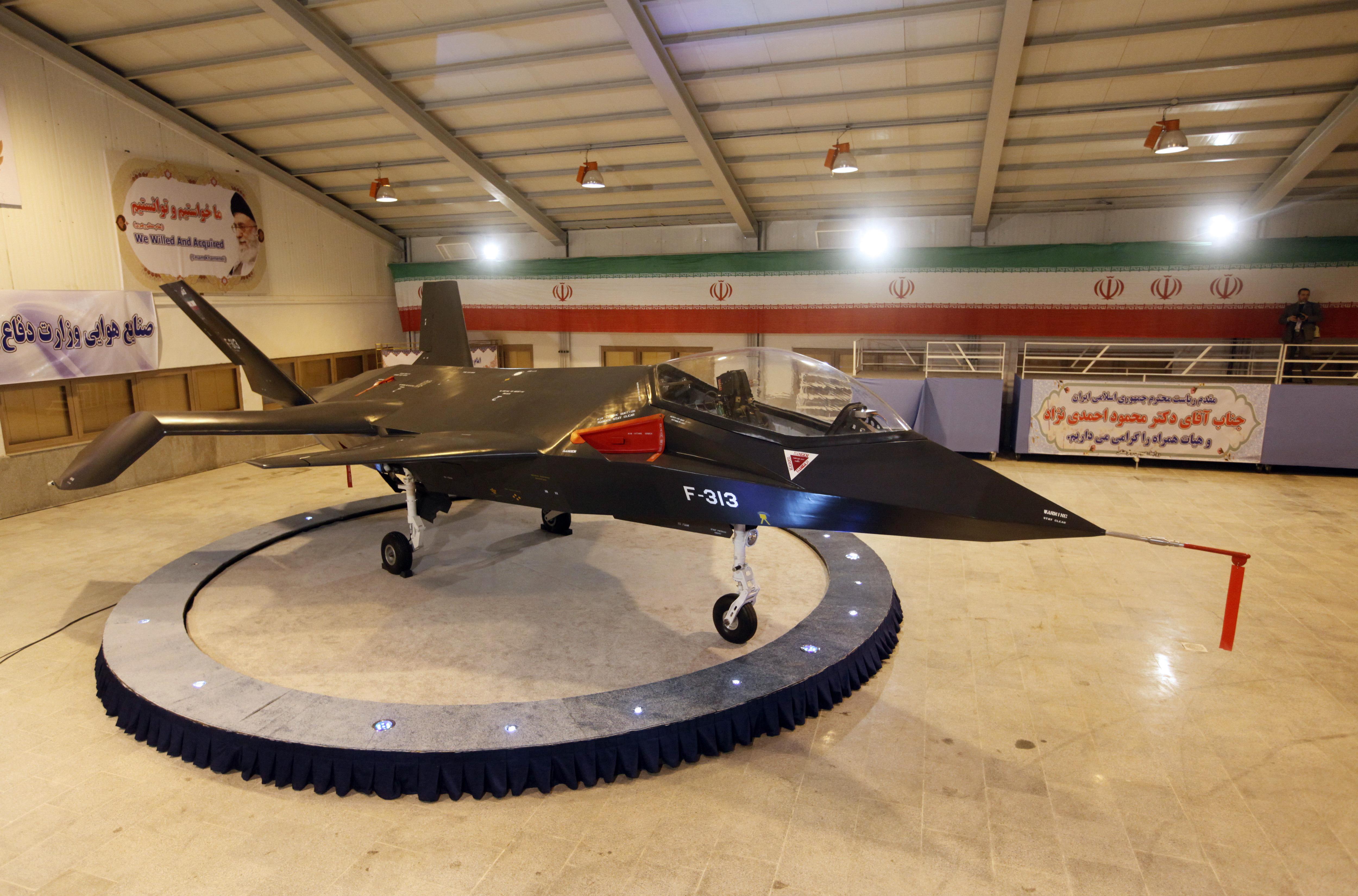 """إيران تدعي صنع طائرة متطورة سمتها """"قاهر"""" تضاهي طائرة الشبح الأميركية"""
