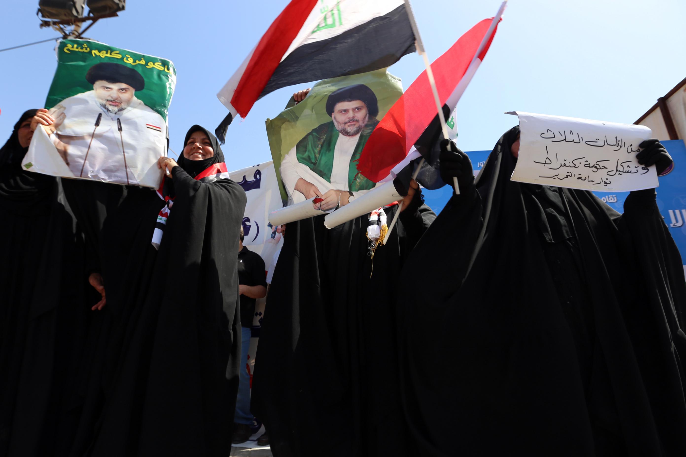 معتصمات يرفعن صورة الصدر في ساحة التحرير الأحد