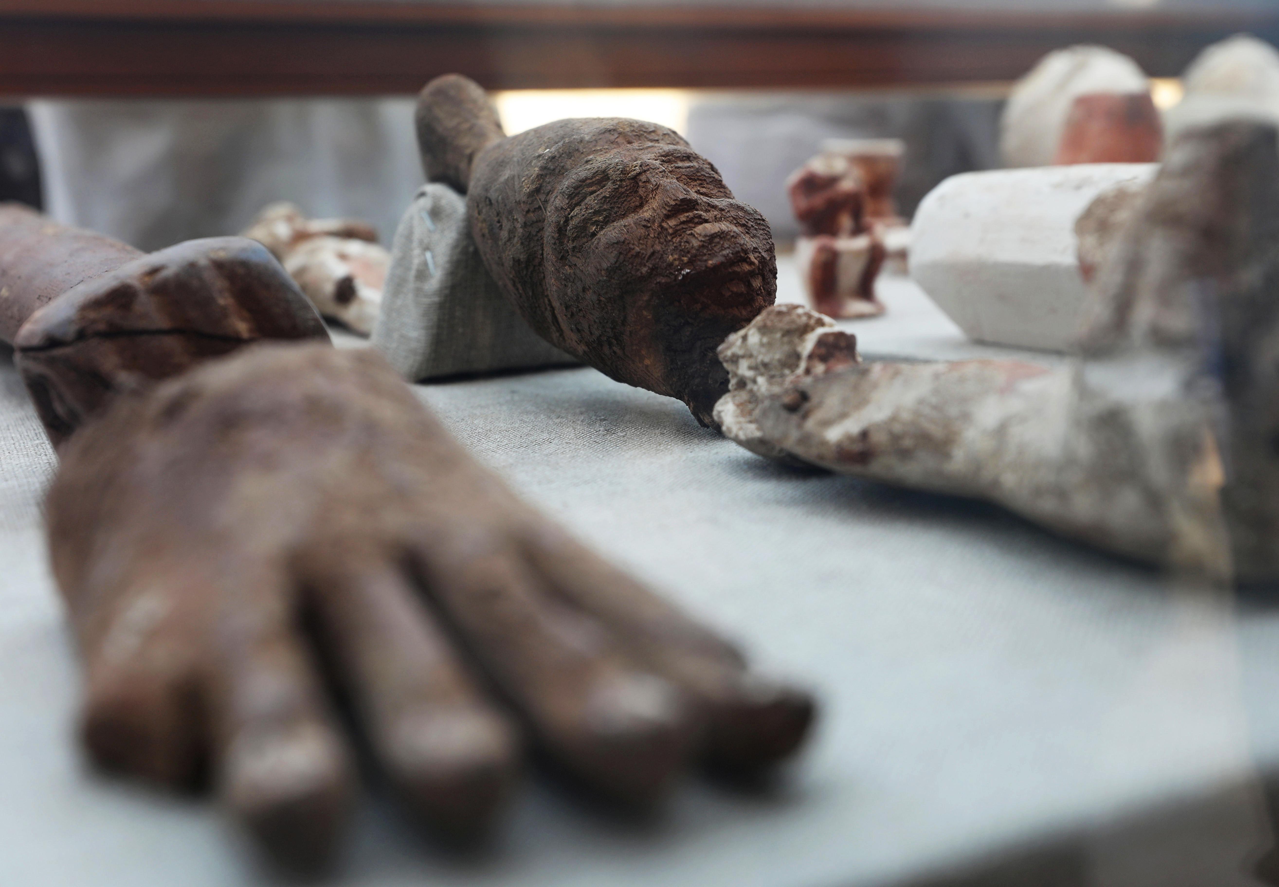 من القطع الأثرية المكتشفة داخل المقبرة في منطقة سقارة في الجيزة