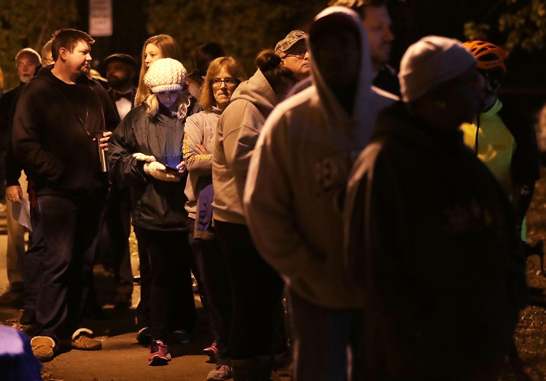 ناخبون أميركيون عند أحد مراكز الاقتراع في مدينة أليغزاندريا بولاية فرجينيا