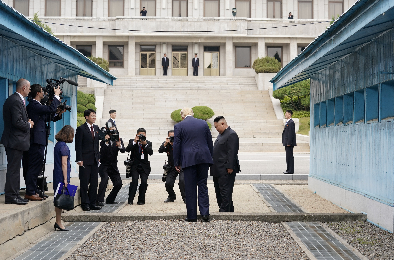 اللحظات الأولى لدخول الرئيس الأميركي دونالد ترامب القسم الكوري الشمالي من المنطقة منزوعة السلاح