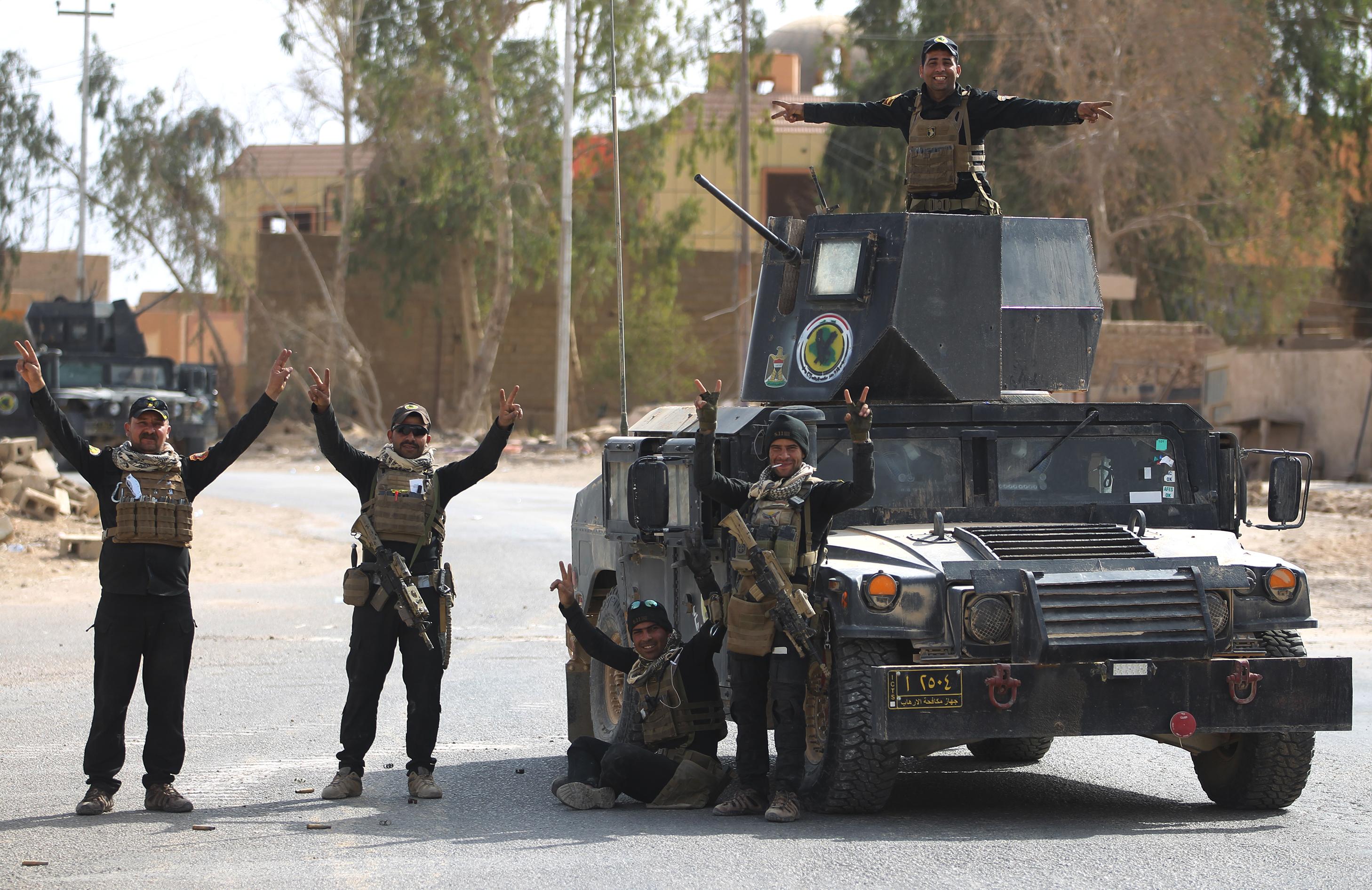 جنود عراقيون بعد طرد داعش من القائم