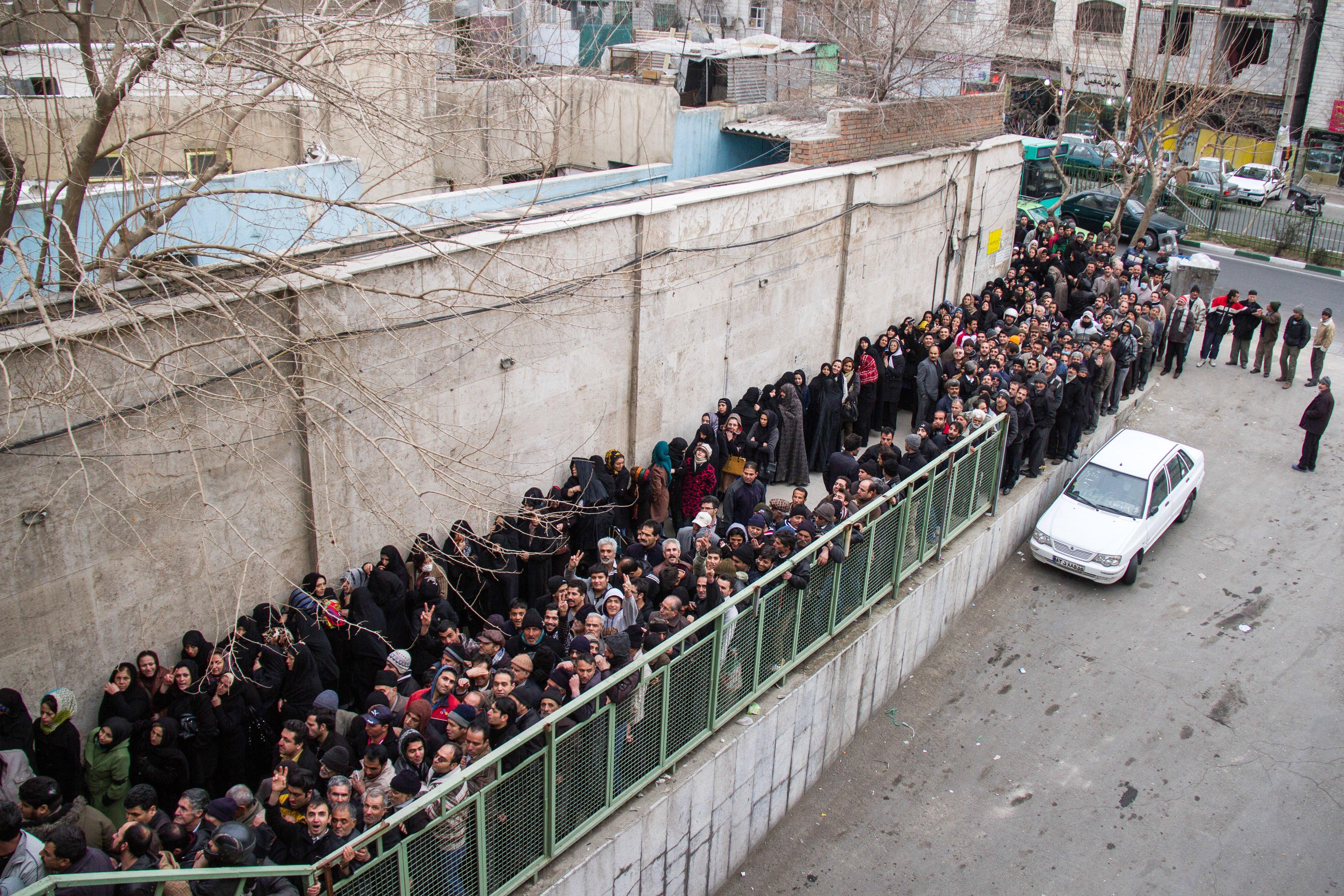 إيرانيون من ذوي الدخل المحدود ينتظرون دورهم في الحصول على مساعدات (أرشيف)