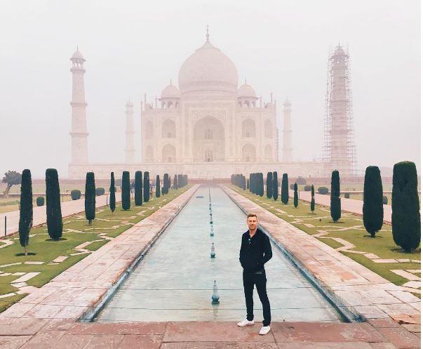 من أمام تاج محل في الهند