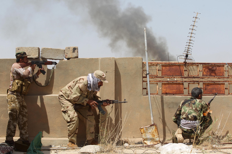 عناصر في القوات العراقية في قرية الشهابي شرق الفلوجة