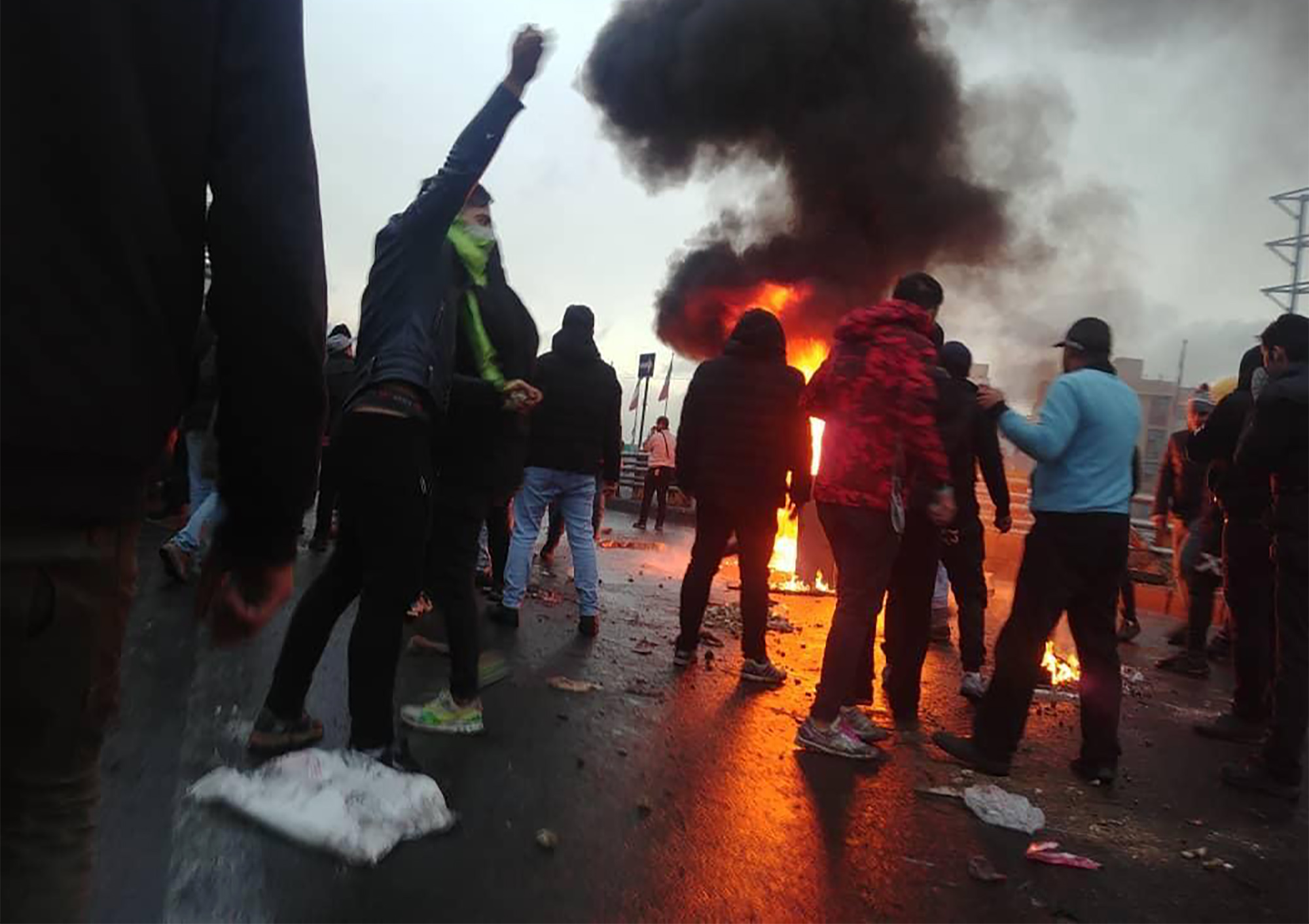 متظاهرون ضد ارتفاع أسعار الوقود في طهران