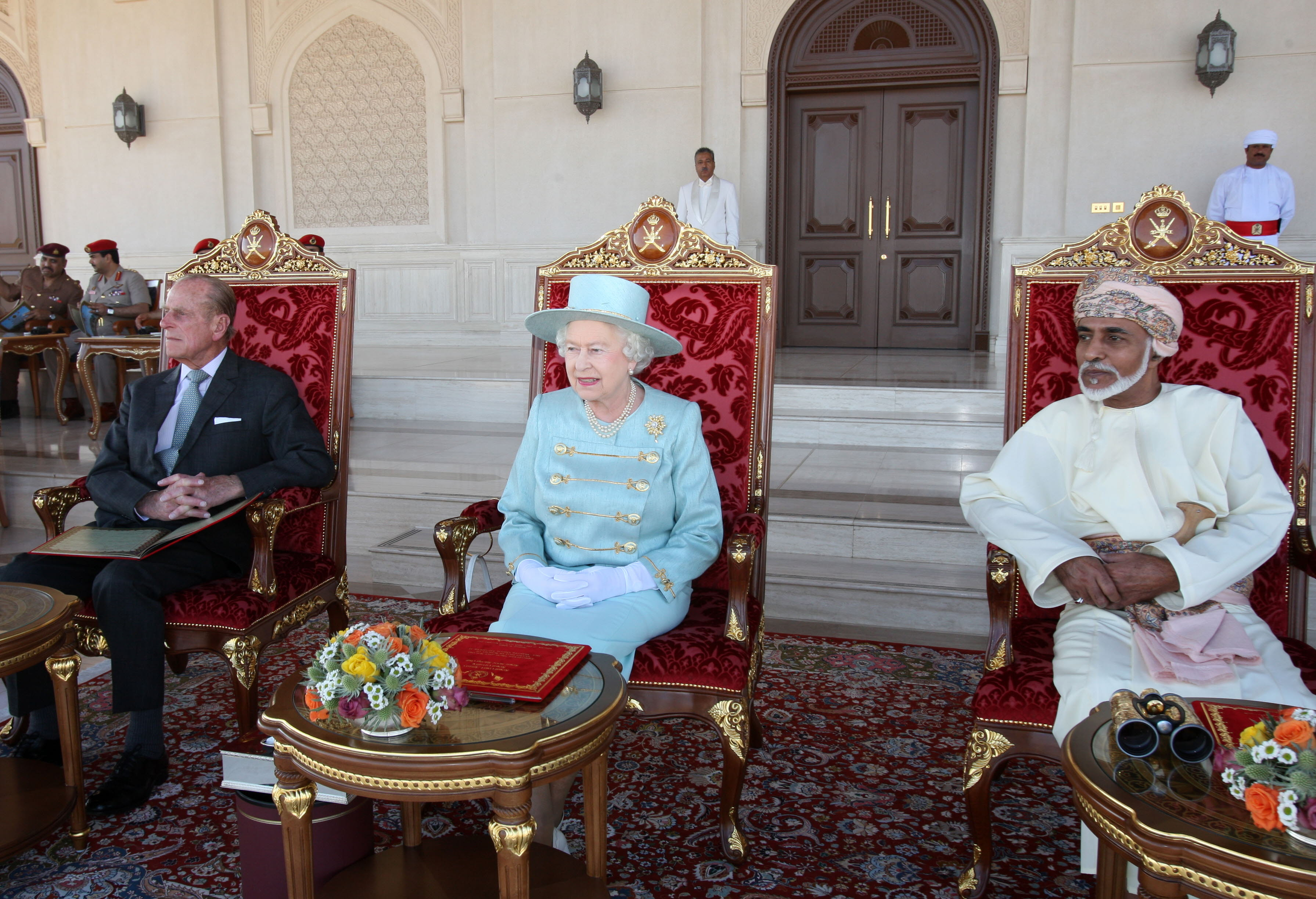 الملكة إليزابيث تحضر عرضا للفروسية إلى جانب السلطان قابوس بن سعيد في عمان عام 2010