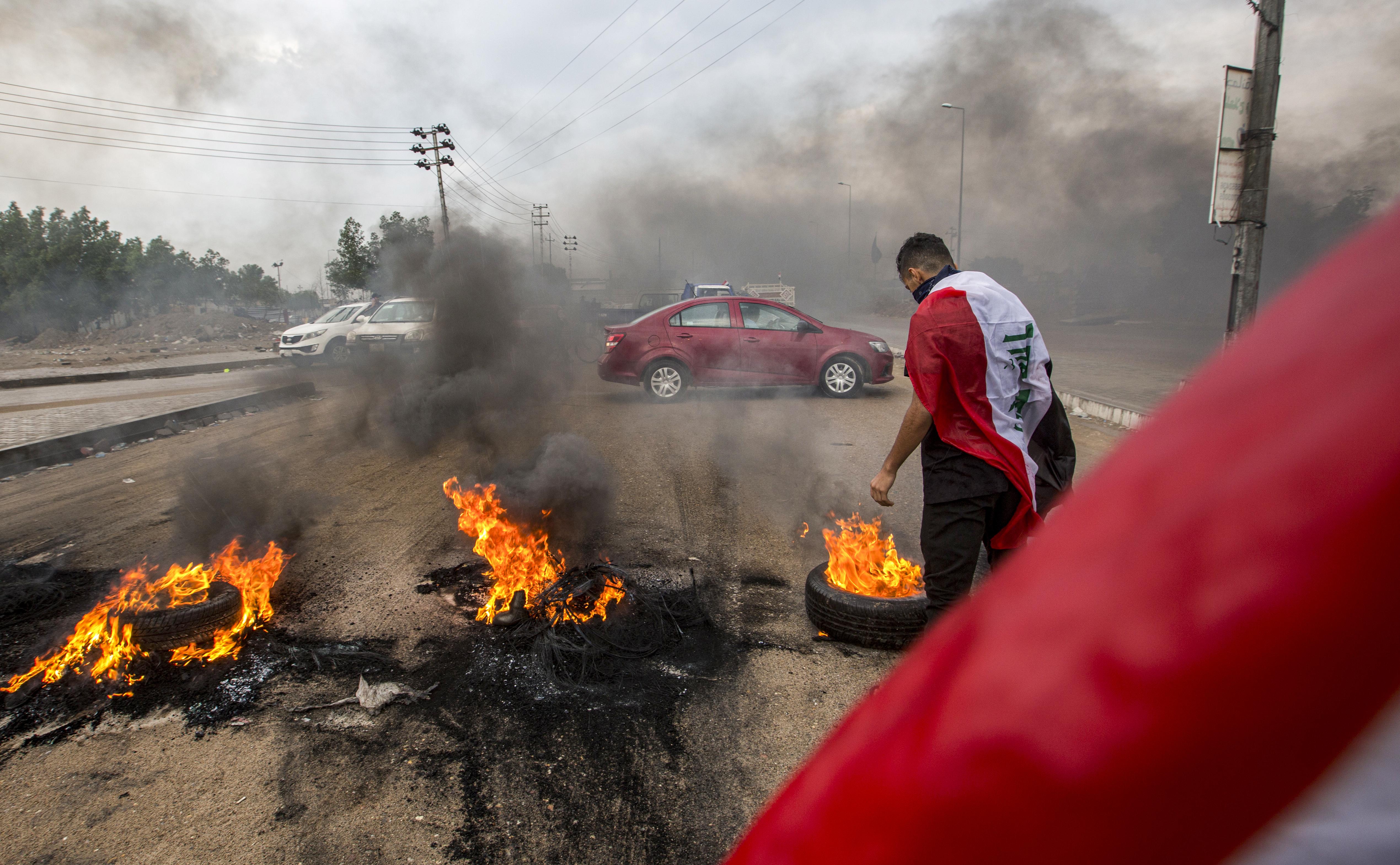 متظاهرون في البصرة يحرقون إطارات لقطع الطرق ومنع الموظفين من الوصول إلى عملهم في 17 نوفمبر 2019