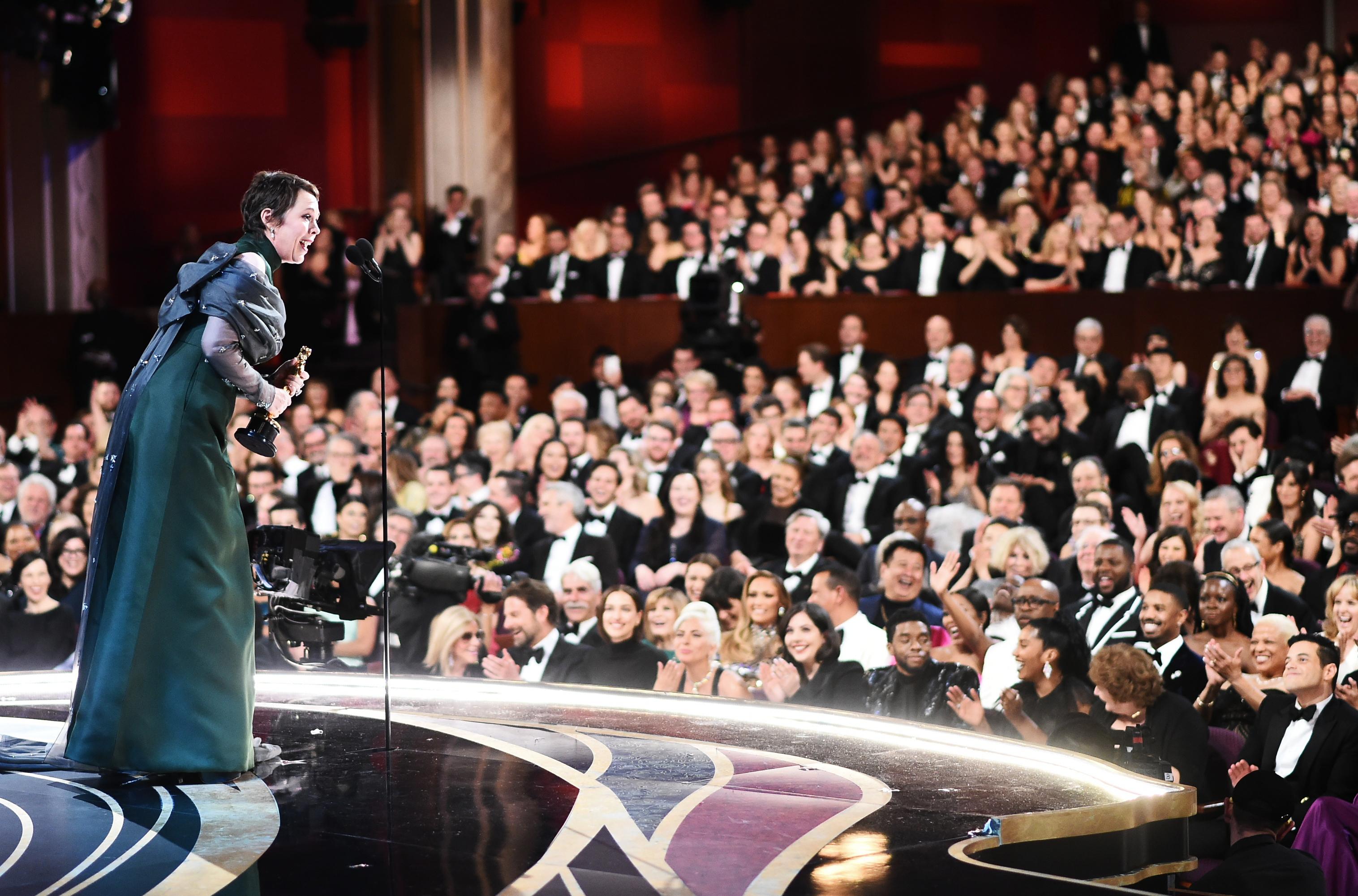 أوليفيا كولمان تستلم جائزة الأوسكار