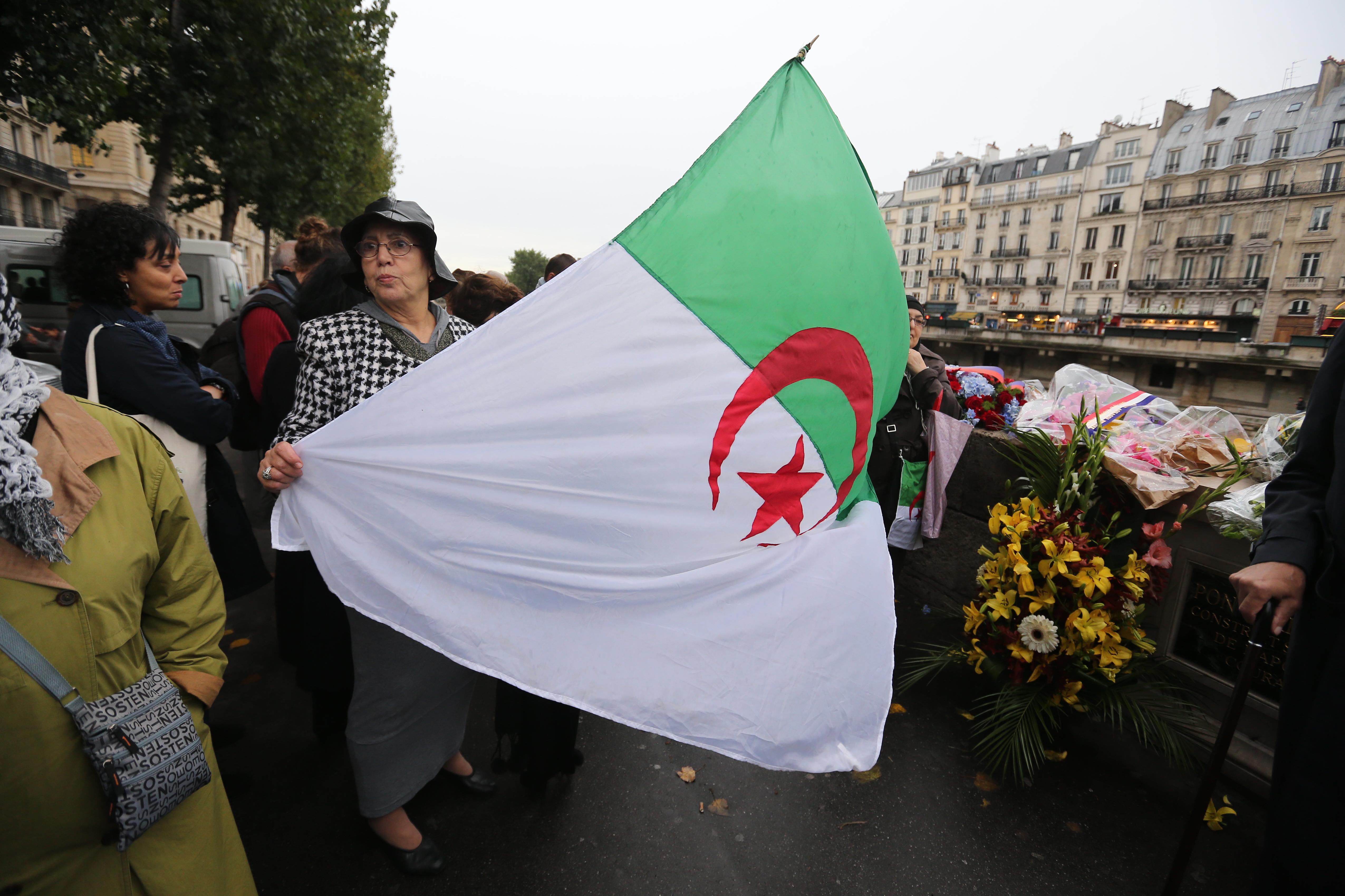 جزائريون يلوحون بعلم بلادهم