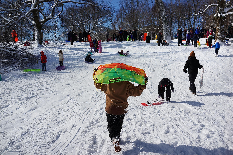 أطفال يلعبون في حديقة بروسبكت في منطقة بروكلين بنيويورك بعد توقف تساقط الثلوج